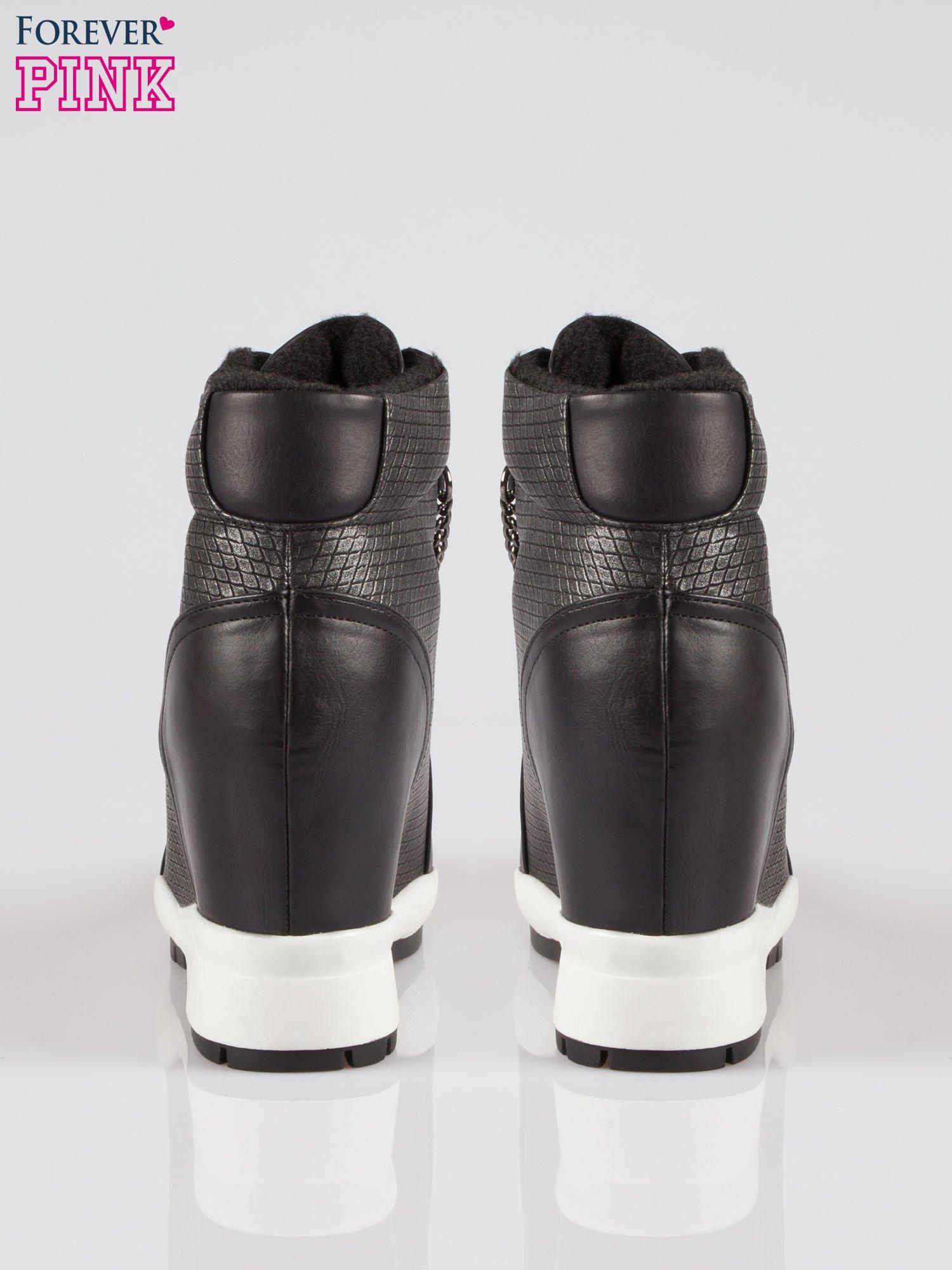Czarne błyszczące sneakersy z łańcuszkiem                                  zdj.                                  3