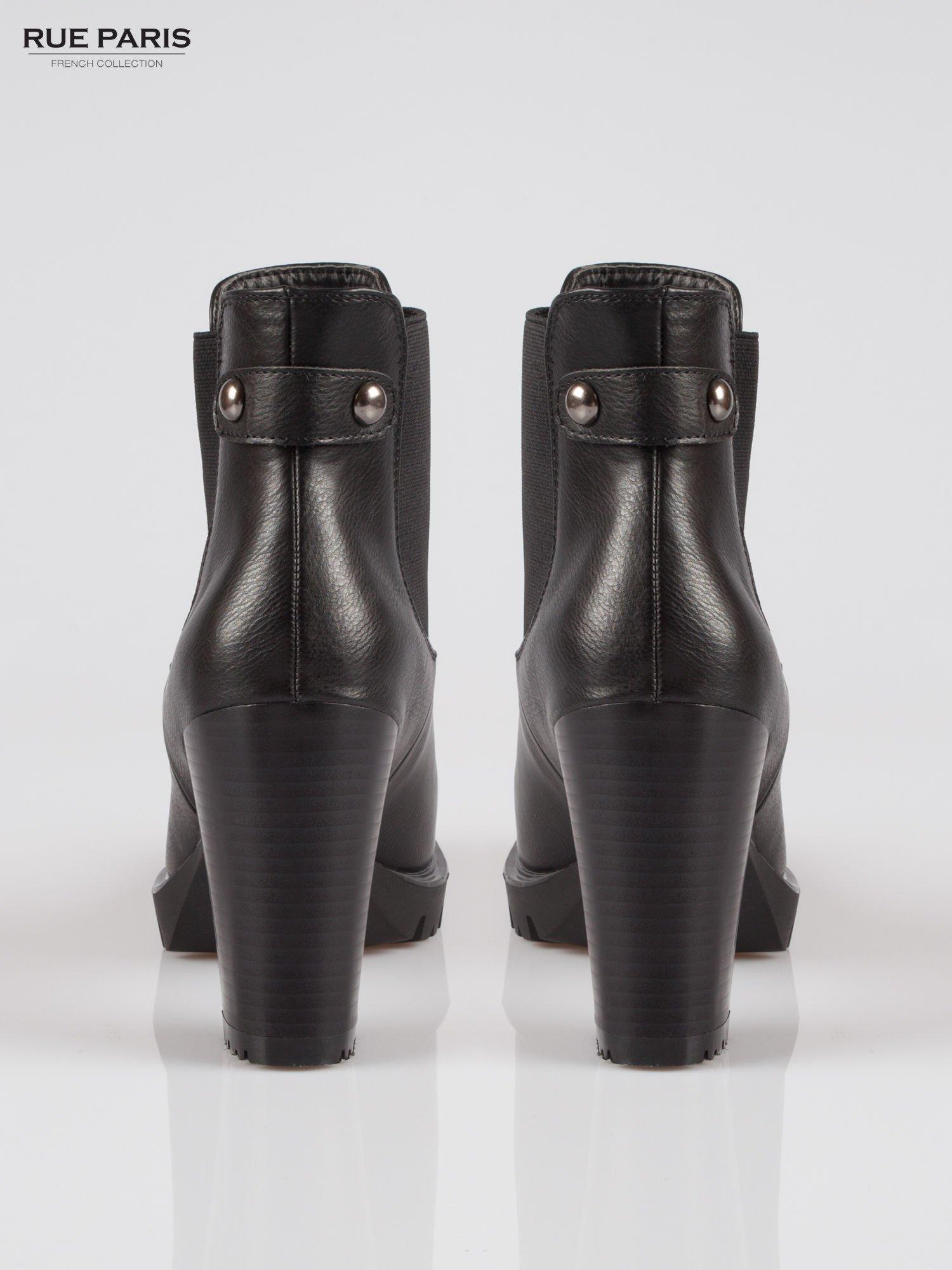 Czarne botki na słupku z gumą i ozdobnym zapięciem z tyłu                                  zdj.                                  3