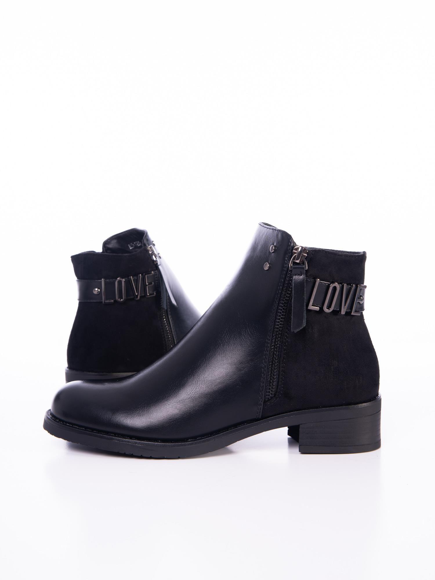 3150d553a1129 Czarne botki z ozdobnym paskiem i metalową przypinką LOVE - Buty ...