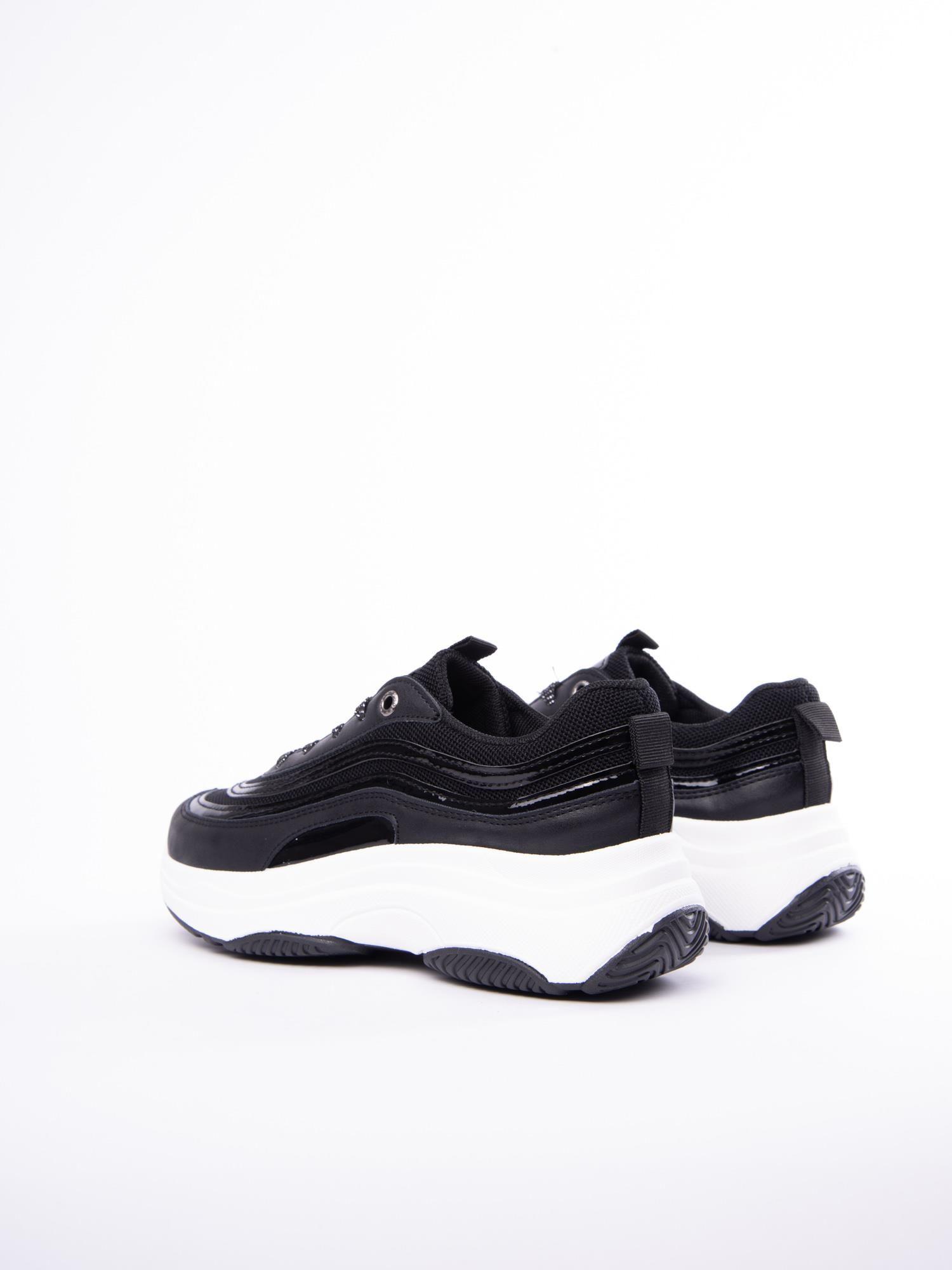 Czarne buty sportowe z lakierowanymi wstawkami na wysokiej platformie