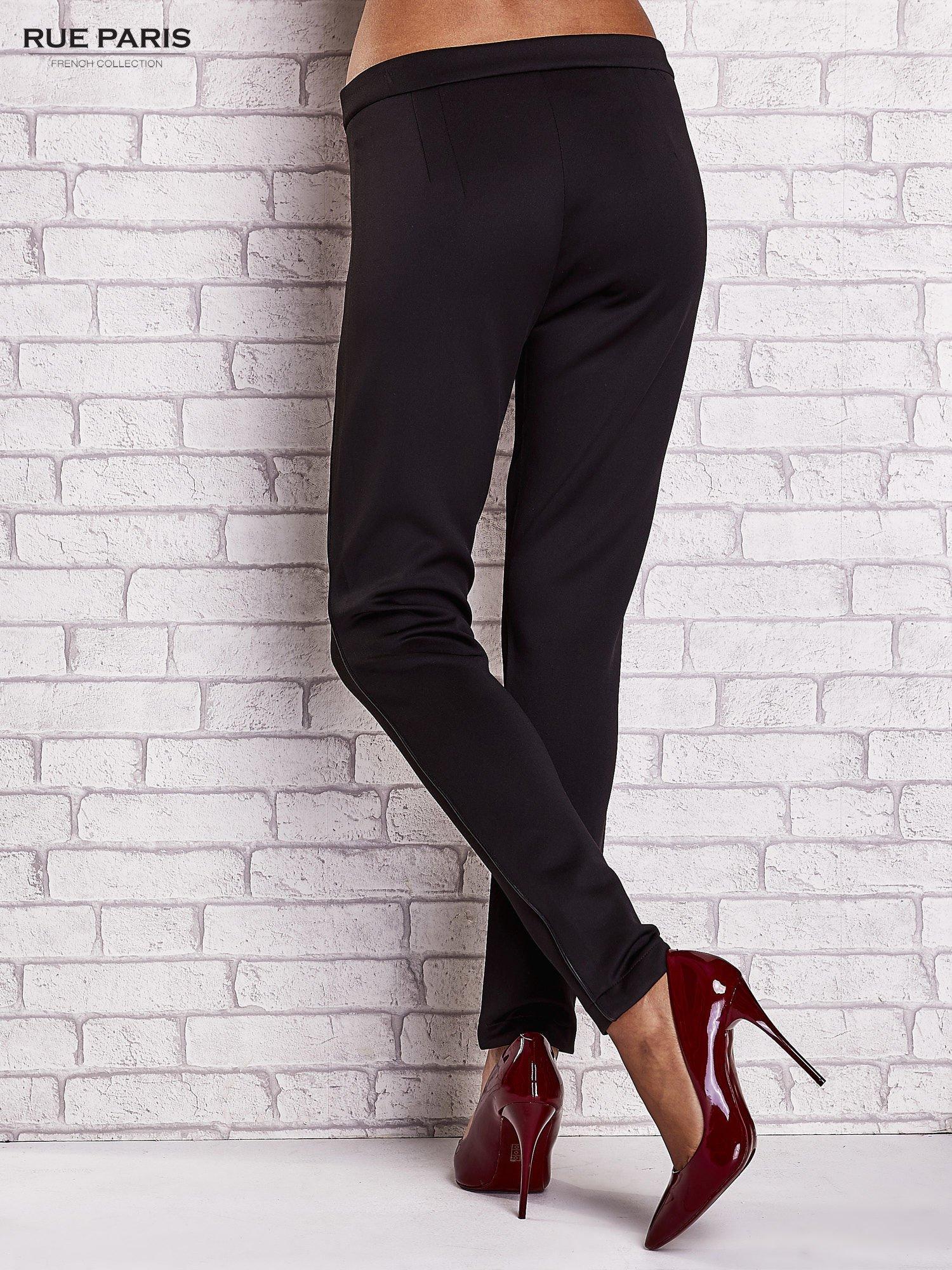 Czarne dopasowane spodnie ze skórzanym prążkiem                                  zdj.                                  2