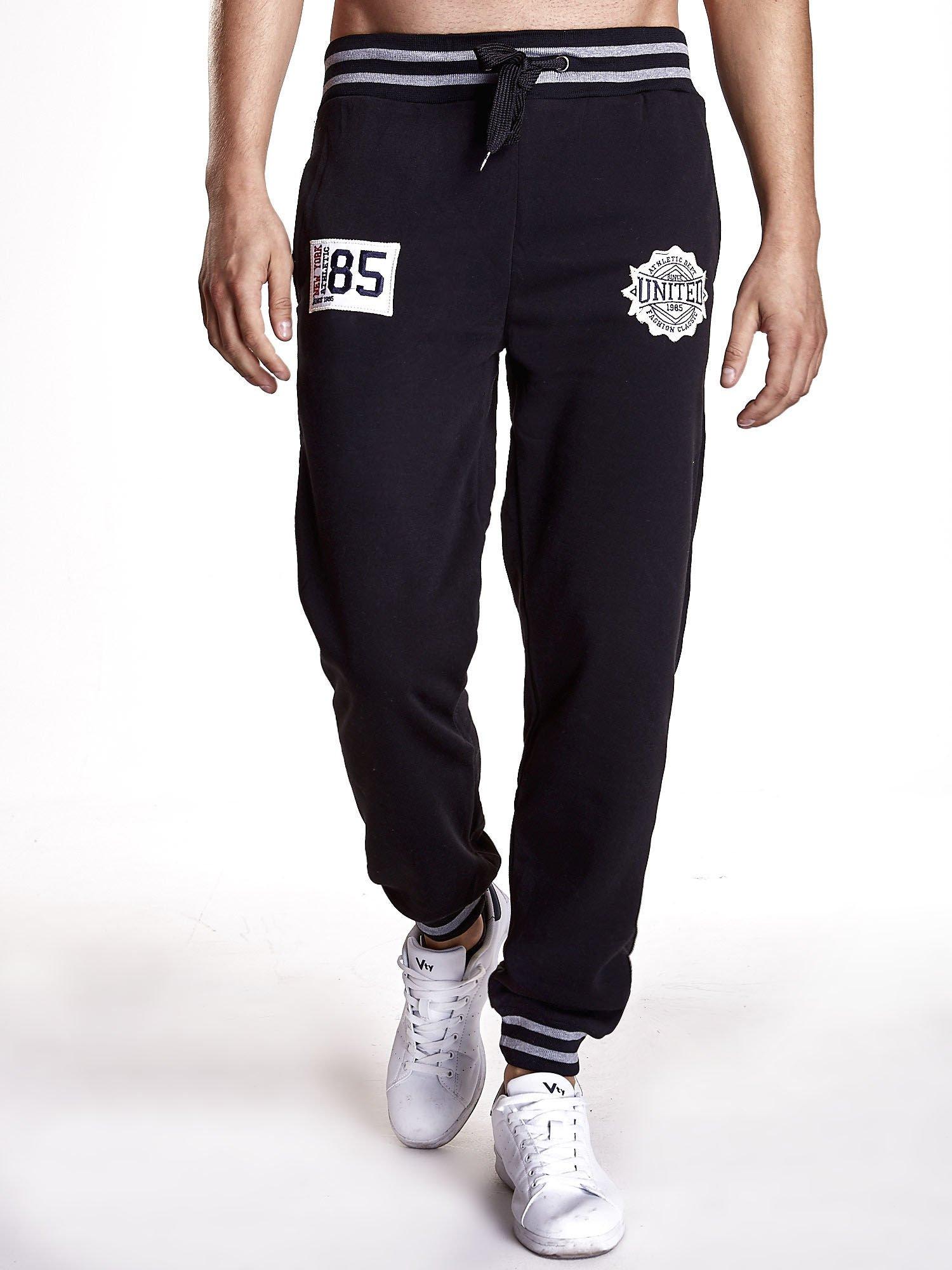 Czarne dresowe spodnie męskie z naszywkami i kieszeniami                                  zdj.                                  1