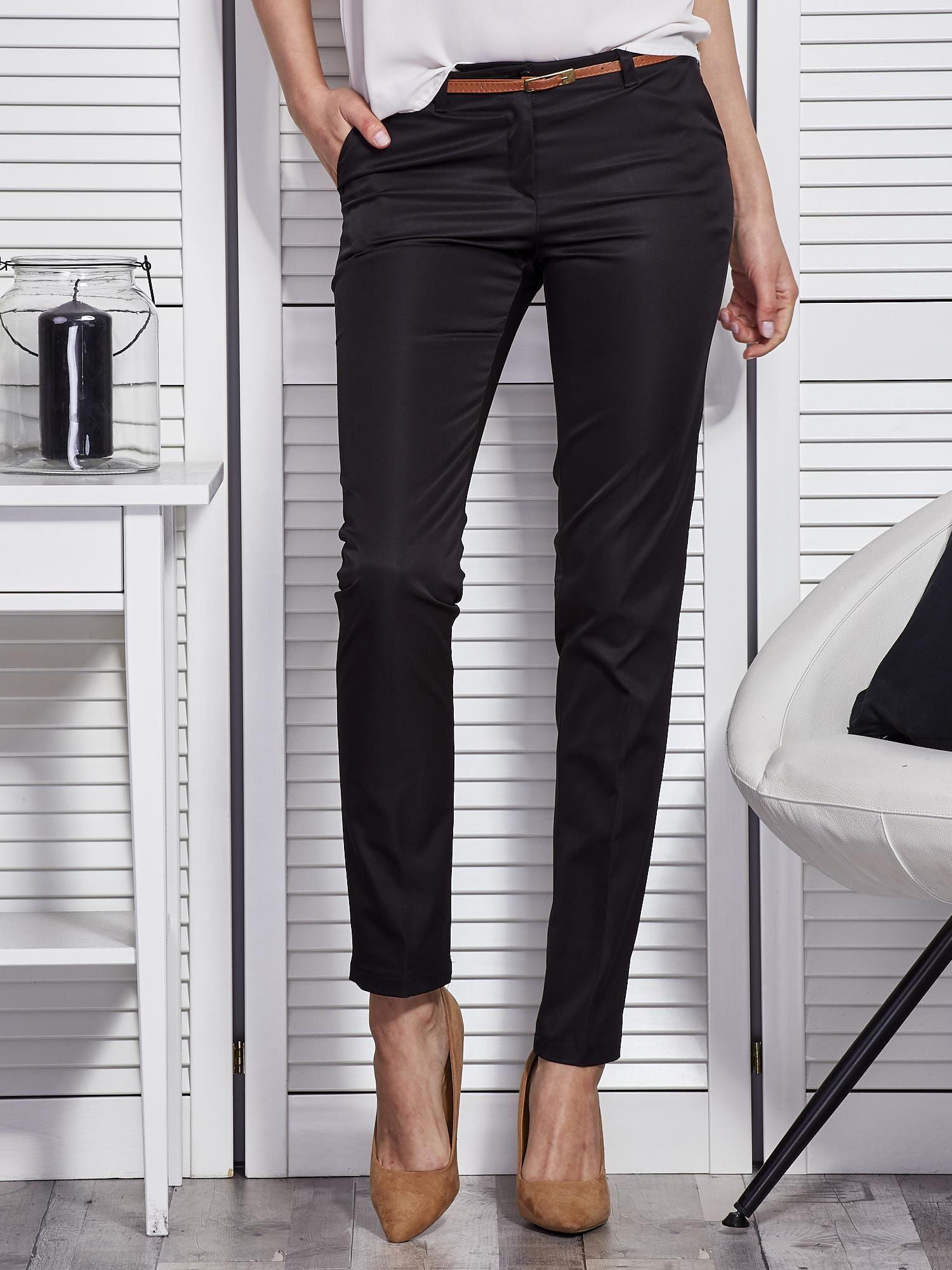 Spodnie damskie zawsze w modzie! Modne spodnie w modzie codziennej od lat zajęły miejsce spódnic. Dlaczego? Zapewniają nie tylko wygodę, ale i pełną swobodę ruchów. Dostępne w wielu różnorodnych stylach i wykonane z różnych materiałów są istotnym elementem damskiego ubioru.