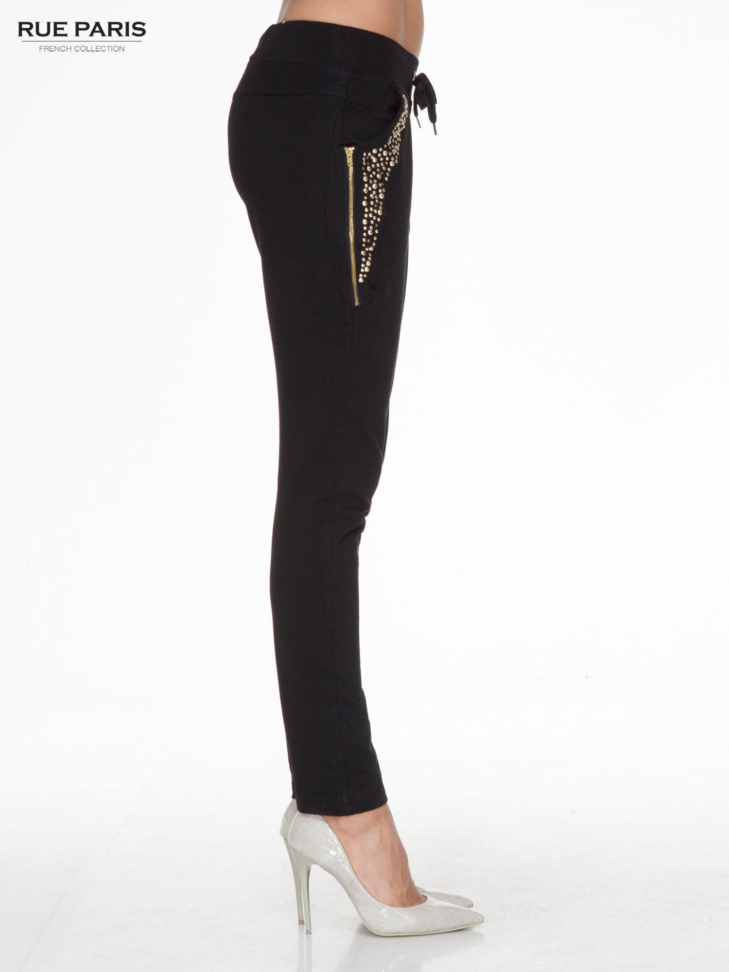 Czarne eleganckie spodnie dresowe z dżetami                                  zdj.                                  3