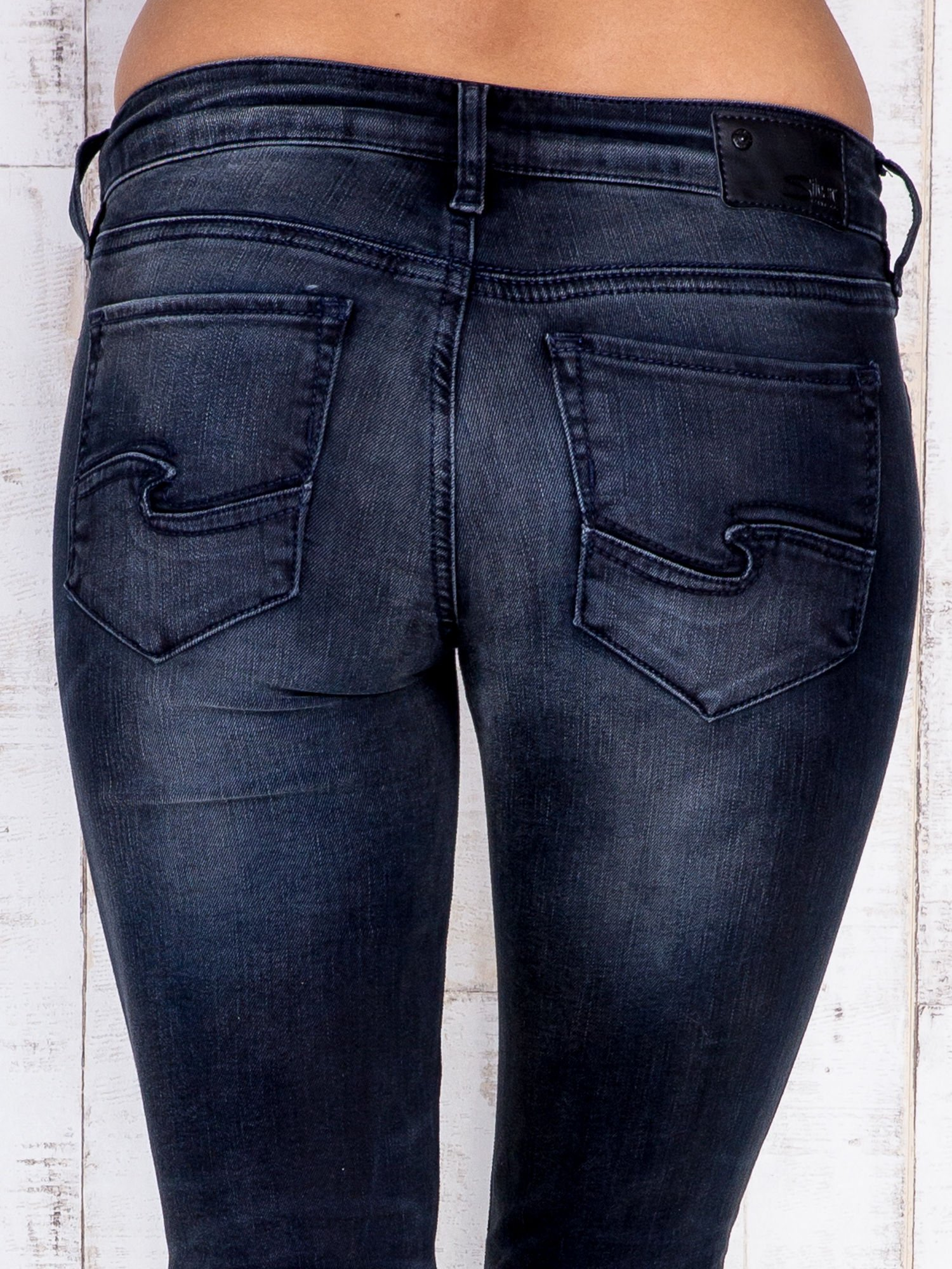 Czarne jeansowe spodnie rurki z kieszeniami i przetarciami                                  zdj.                                  5