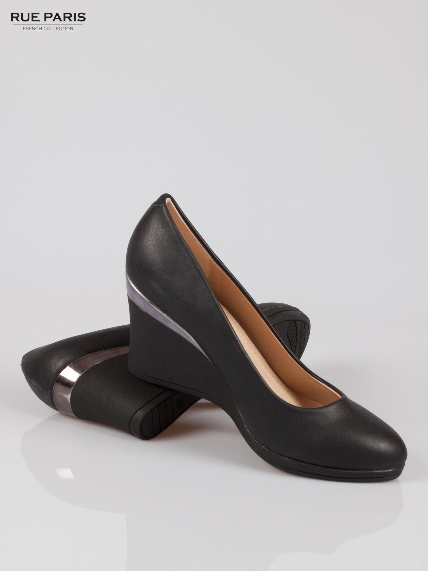 Czarne koturny faux leather Marika ze srebrnym detalem                                  zdj.                                  4