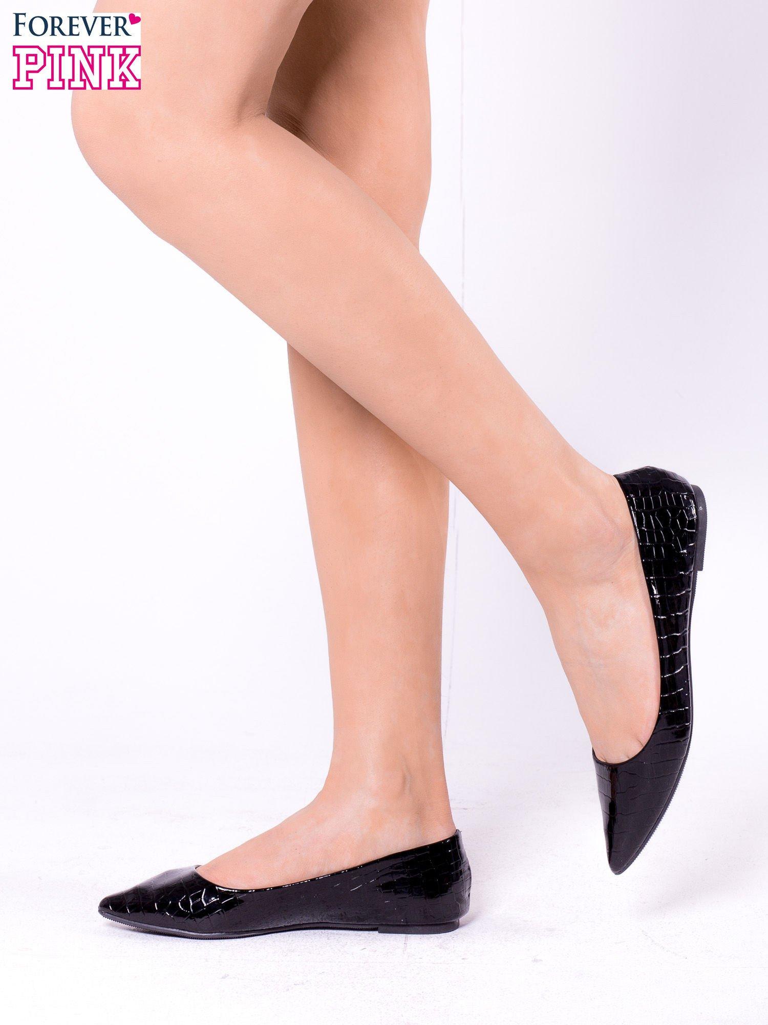 Czarne lakierowane baleriny w szpic we wzór krokodylej skóry                                  zdj.                                  3