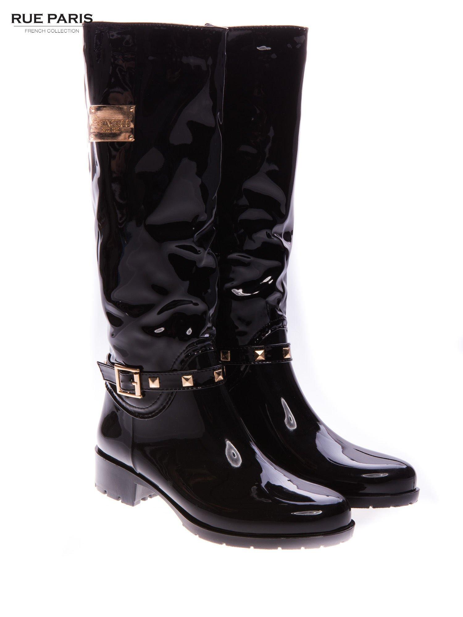 Czarne lakierowane kalosze ze złotą klamerką w stylu biker shoes                                  zdj.                                  2