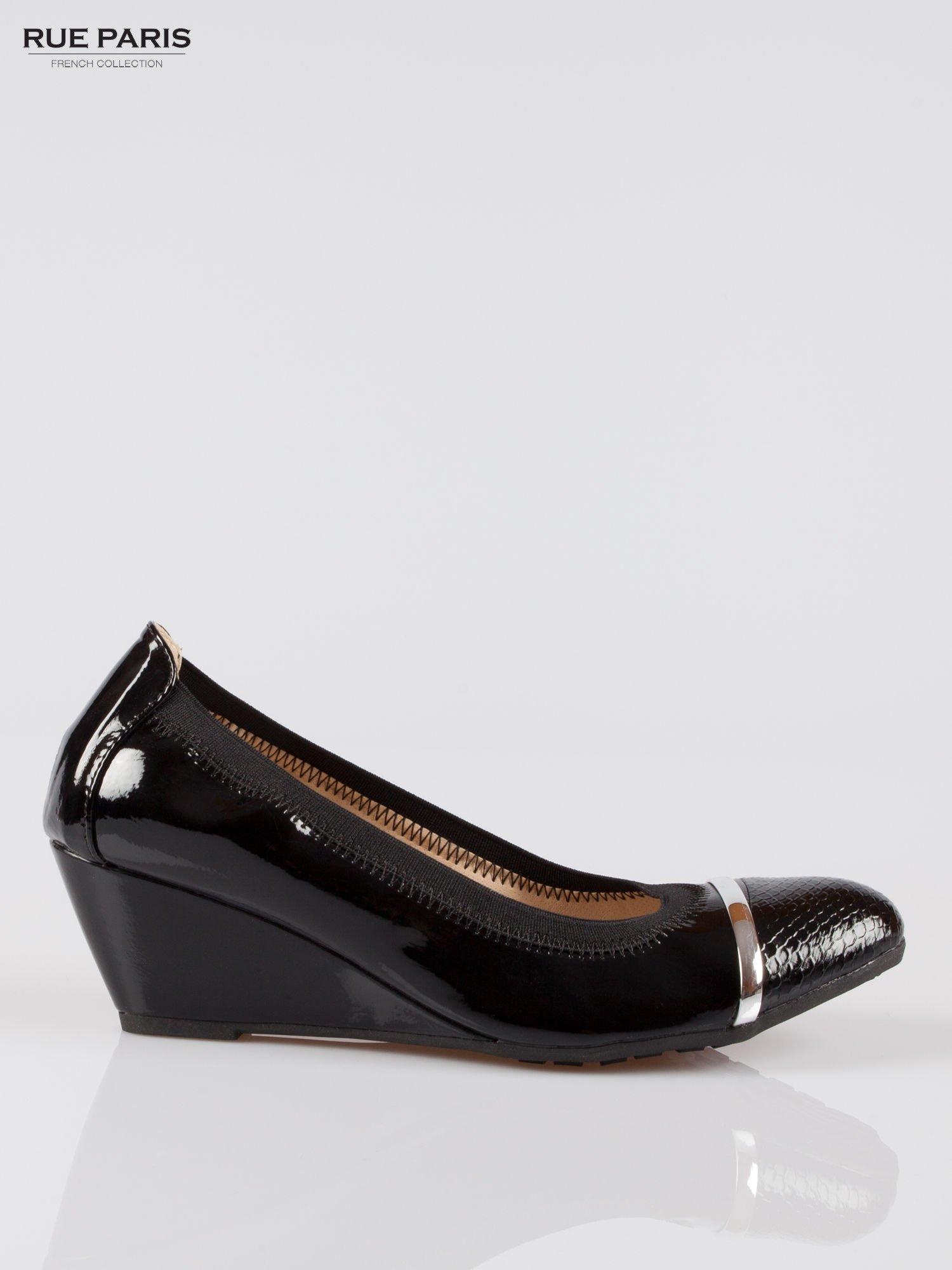 Czarne lakierowane koturny faux leather Martha z ozdobnym czubkiem                                  zdj.                                  1
