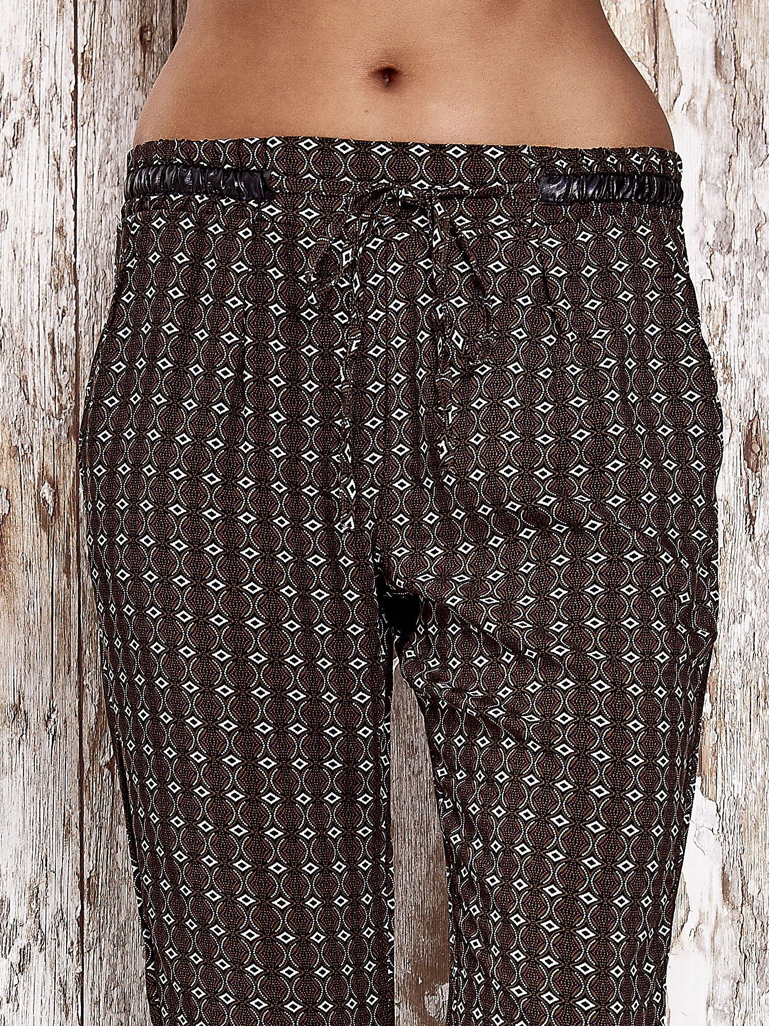 Czarne lejące wzorzyste spodnie                                  zdj.                                  5