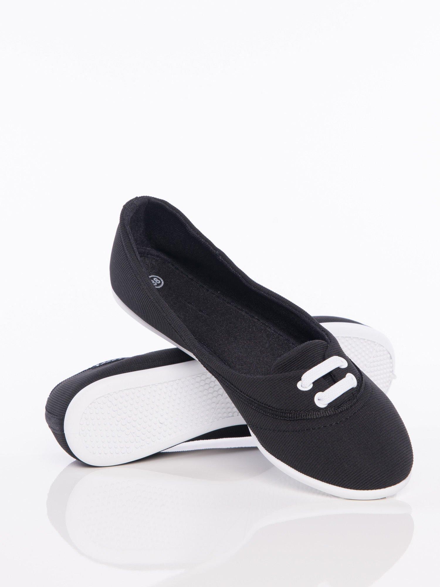Czarne materiałowe baleriny Cushy Court ze sznurówkami i białą podeszwą                                  zdj.                                  2