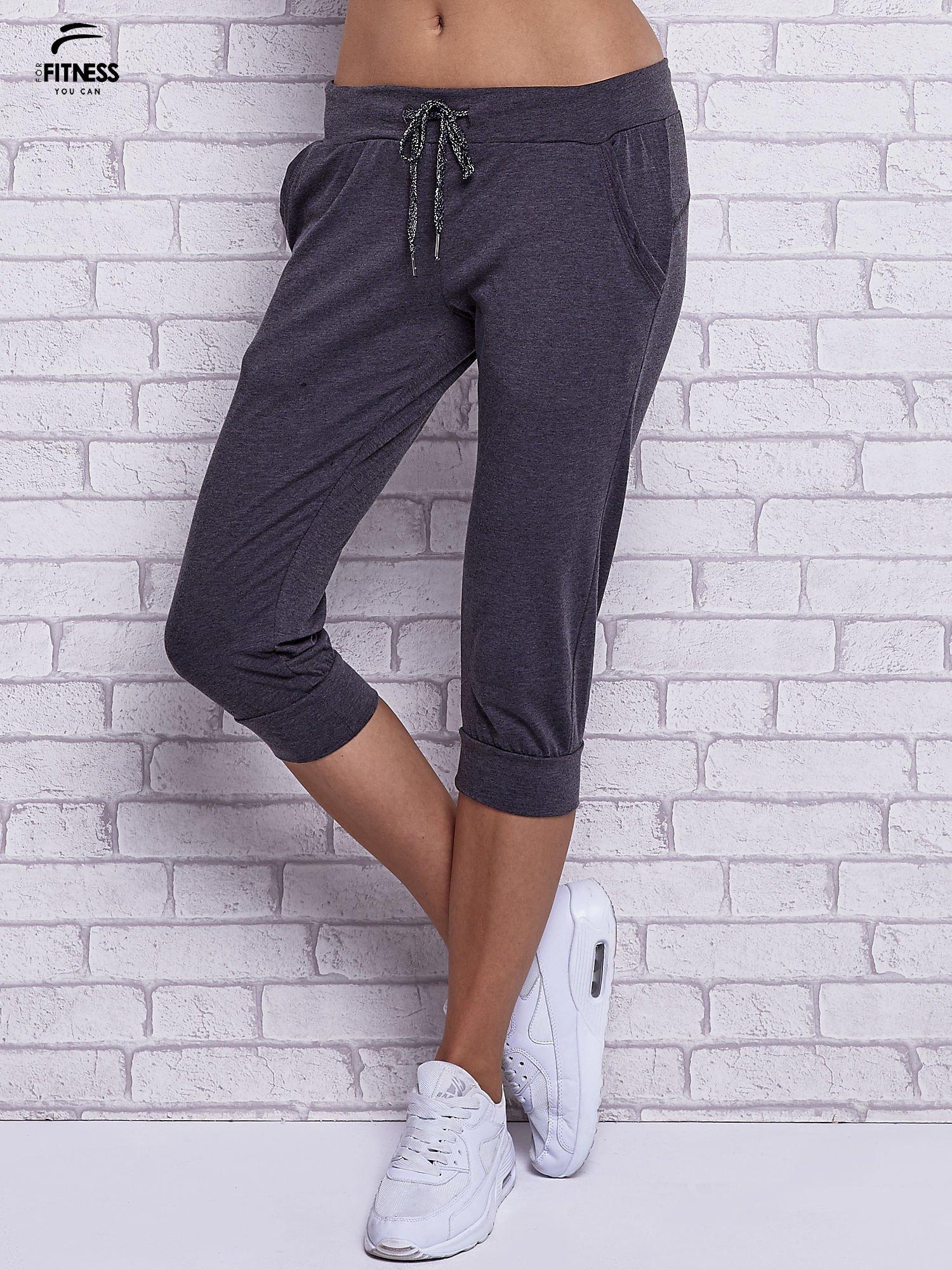 Czarne melanżowe spodnie capri z bocznymi kieszeniami                                  zdj.                                  1