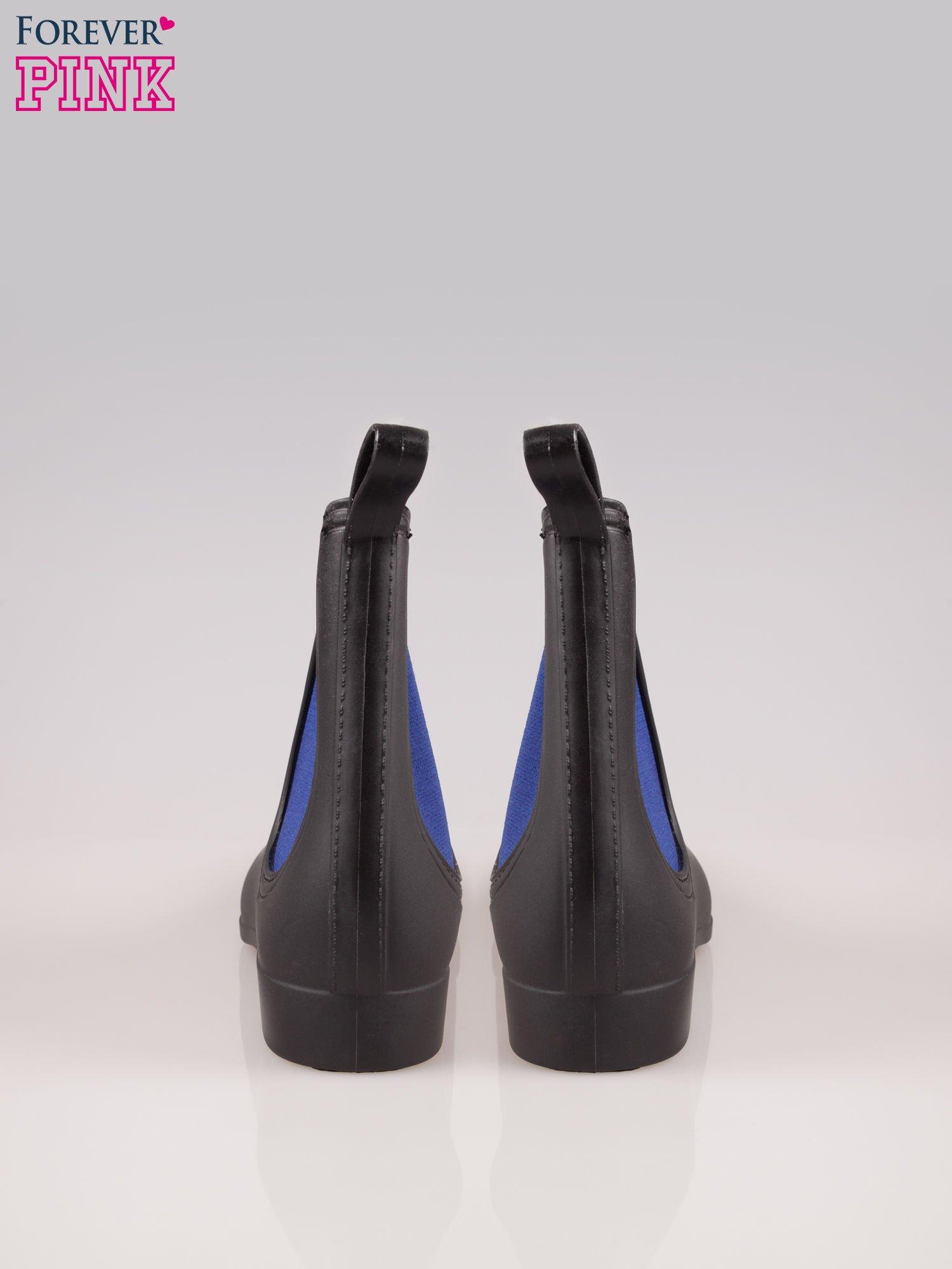 Czarne niskie kalosze z niebieską gumą po bokach cholewki                                  zdj.                                  3