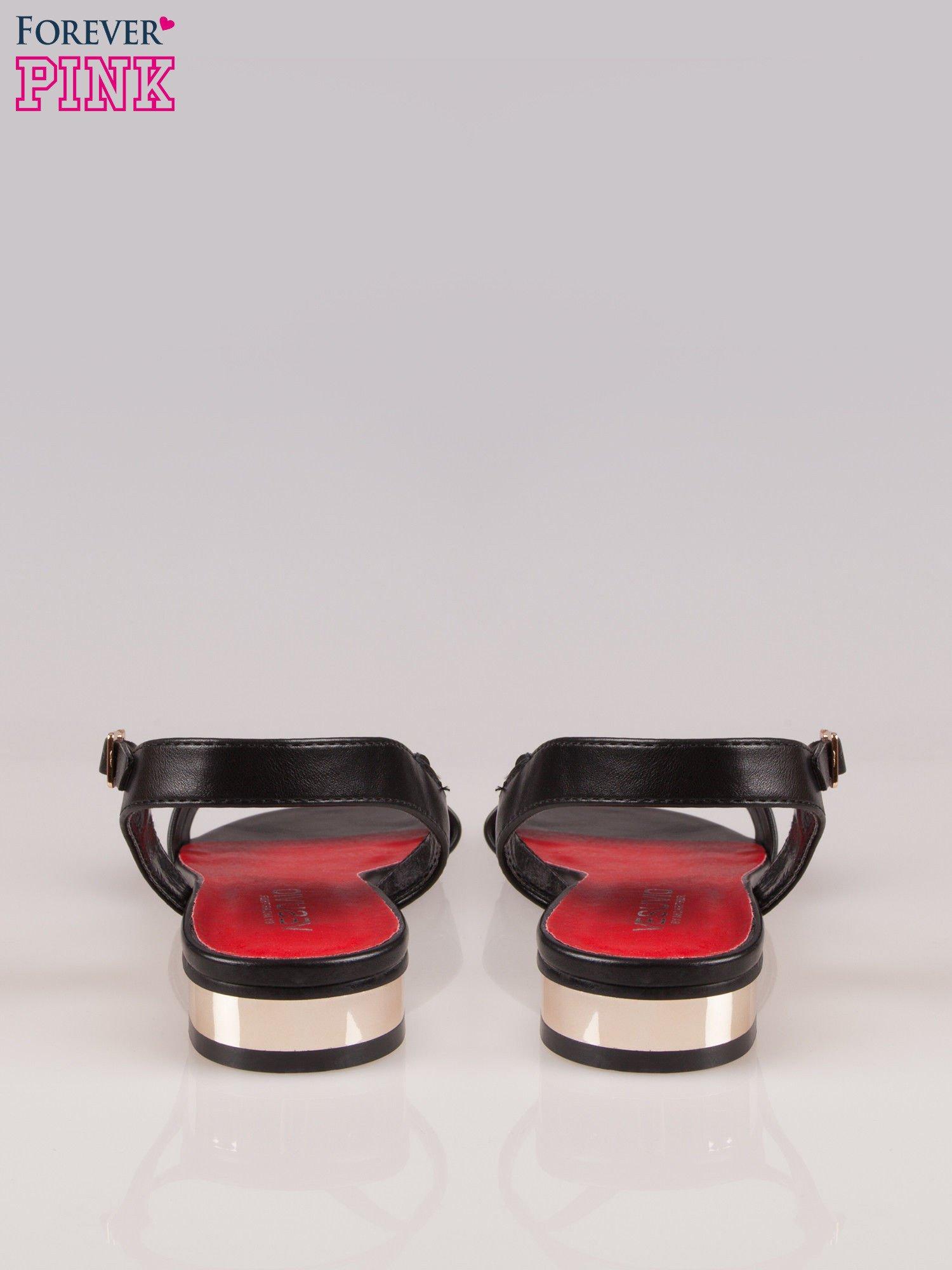 Czarne sandały t-bary ze złotym paskiem i obcasem                                  zdj.                                  3