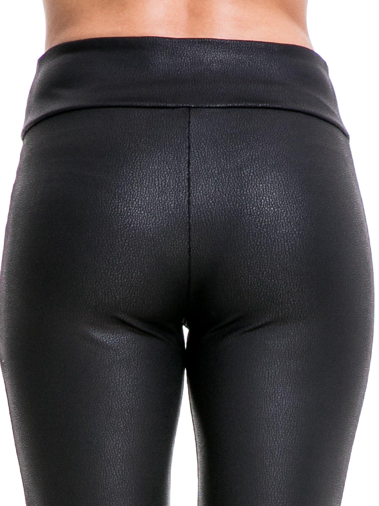 Czarne skórzane legginsy z efektem tłoczenia                                  zdj.                                  6