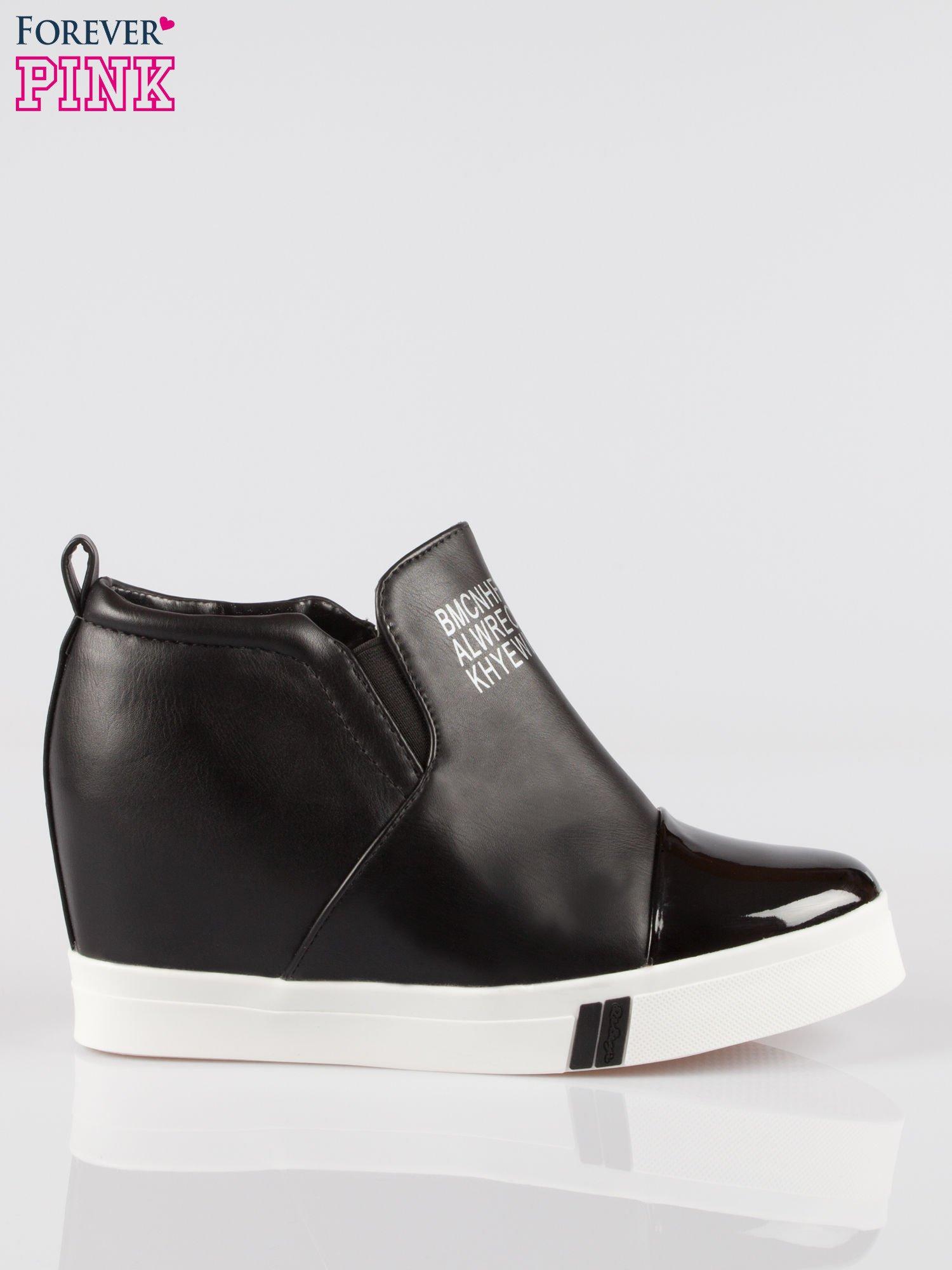 Czarne sneakersy trampki na koturnie z lakierowanym czubkiem                                  zdj.                                  1