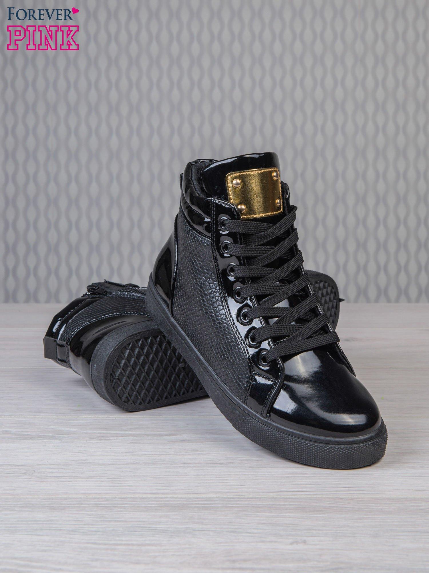 Czarne sneakersy z suwakiem i motywem skóry krokodyla                                  zdj.                                  3