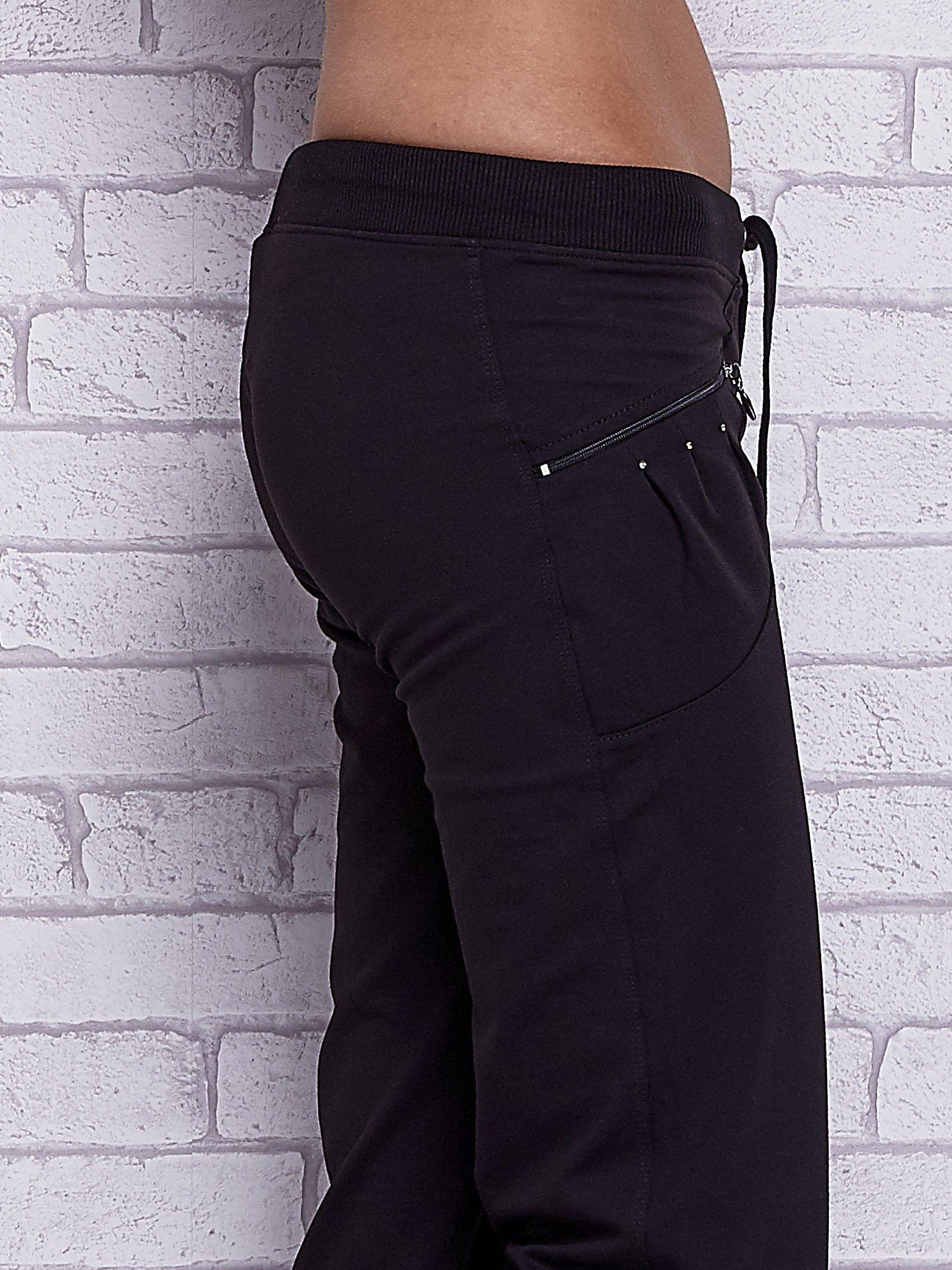 Czarne spodnie capri z boczną kieszonką i dżetami                                  zdj.                                  5