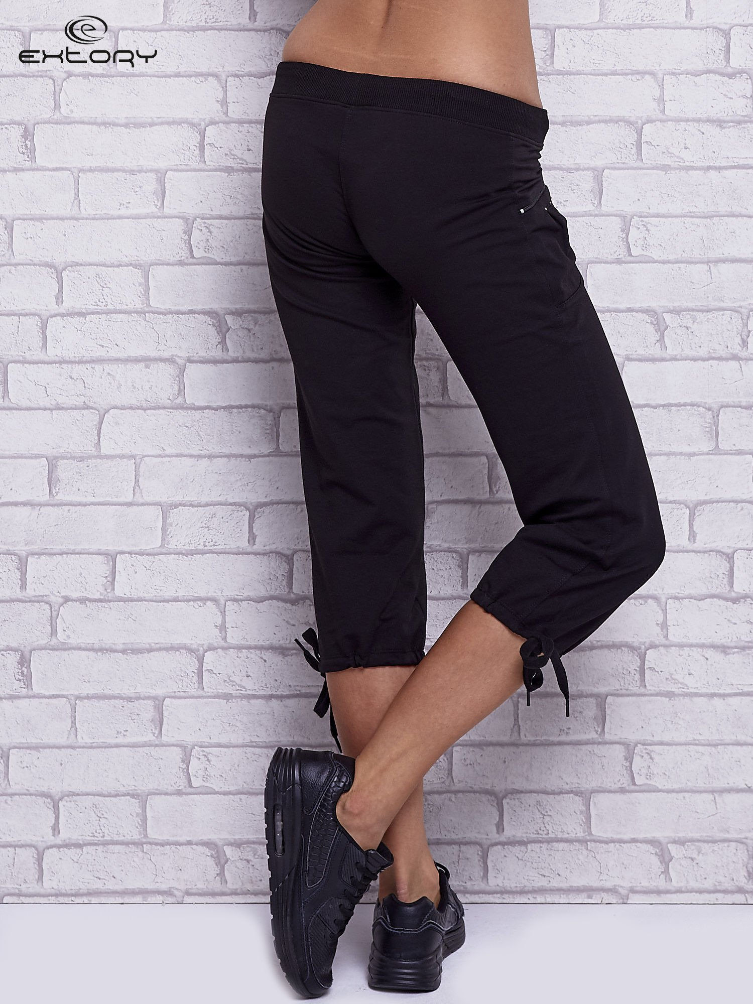 Czarne spodnie capri z boczną kieszonką i dżetami                                  zdj.                                  2