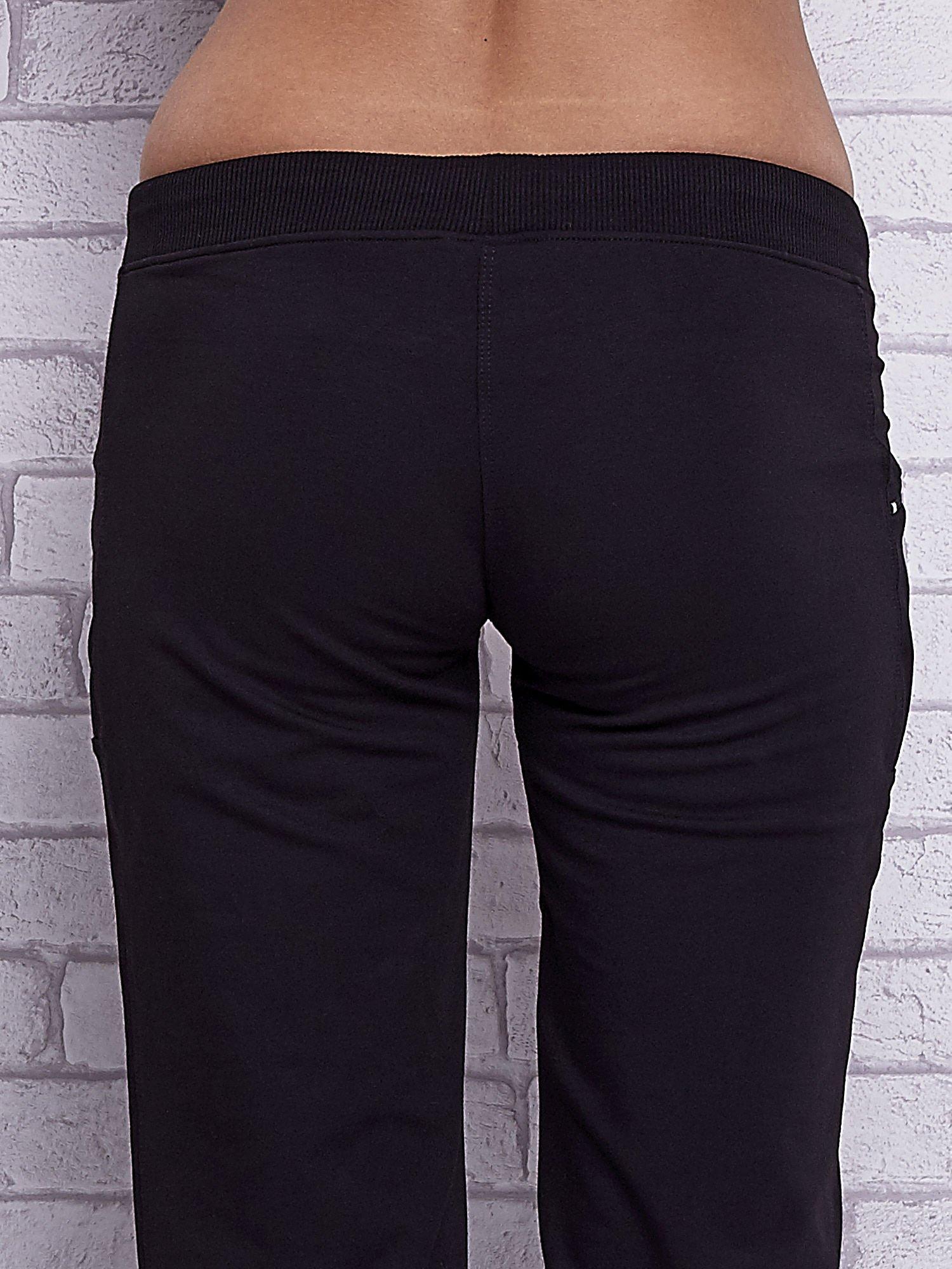 Czarne spodnie capri z boczną kieszonką i dżetami                                  zdj.                                  6