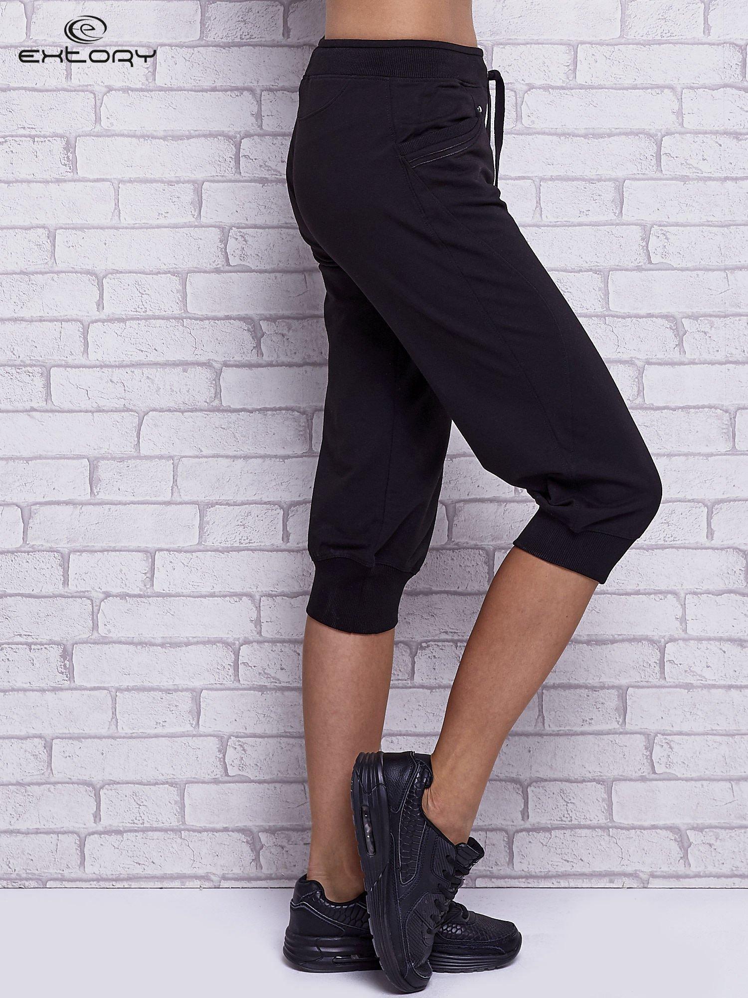 Czarne spodnie capri z bocznymi kieszeniami                                  zdj.                                  3