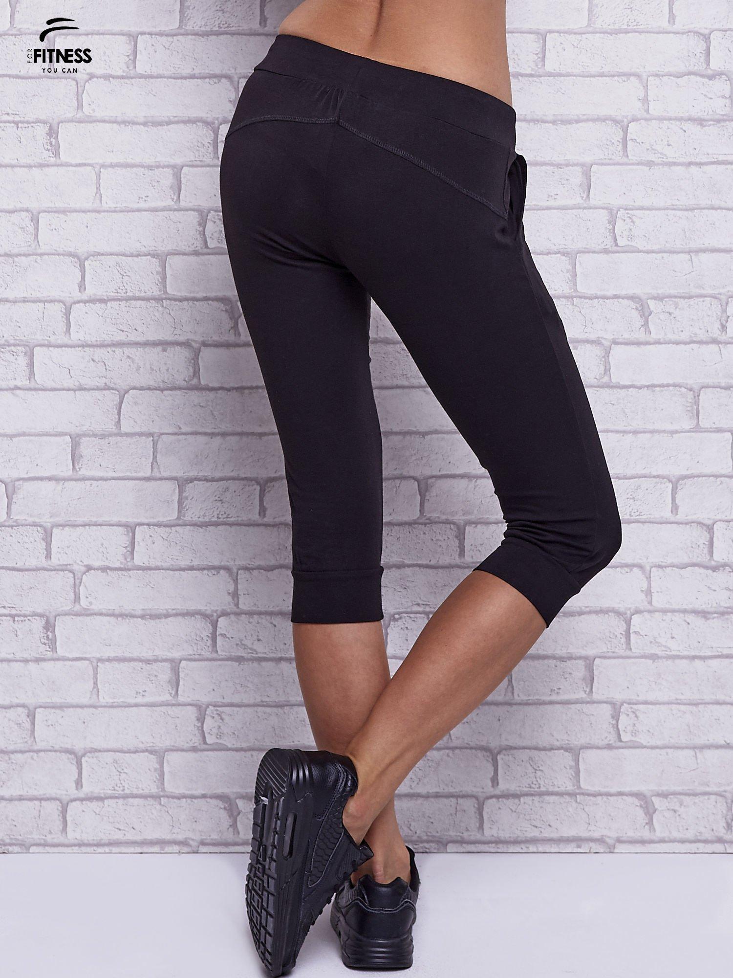 Czarne spodnie capri z bocznymi kieszeniami