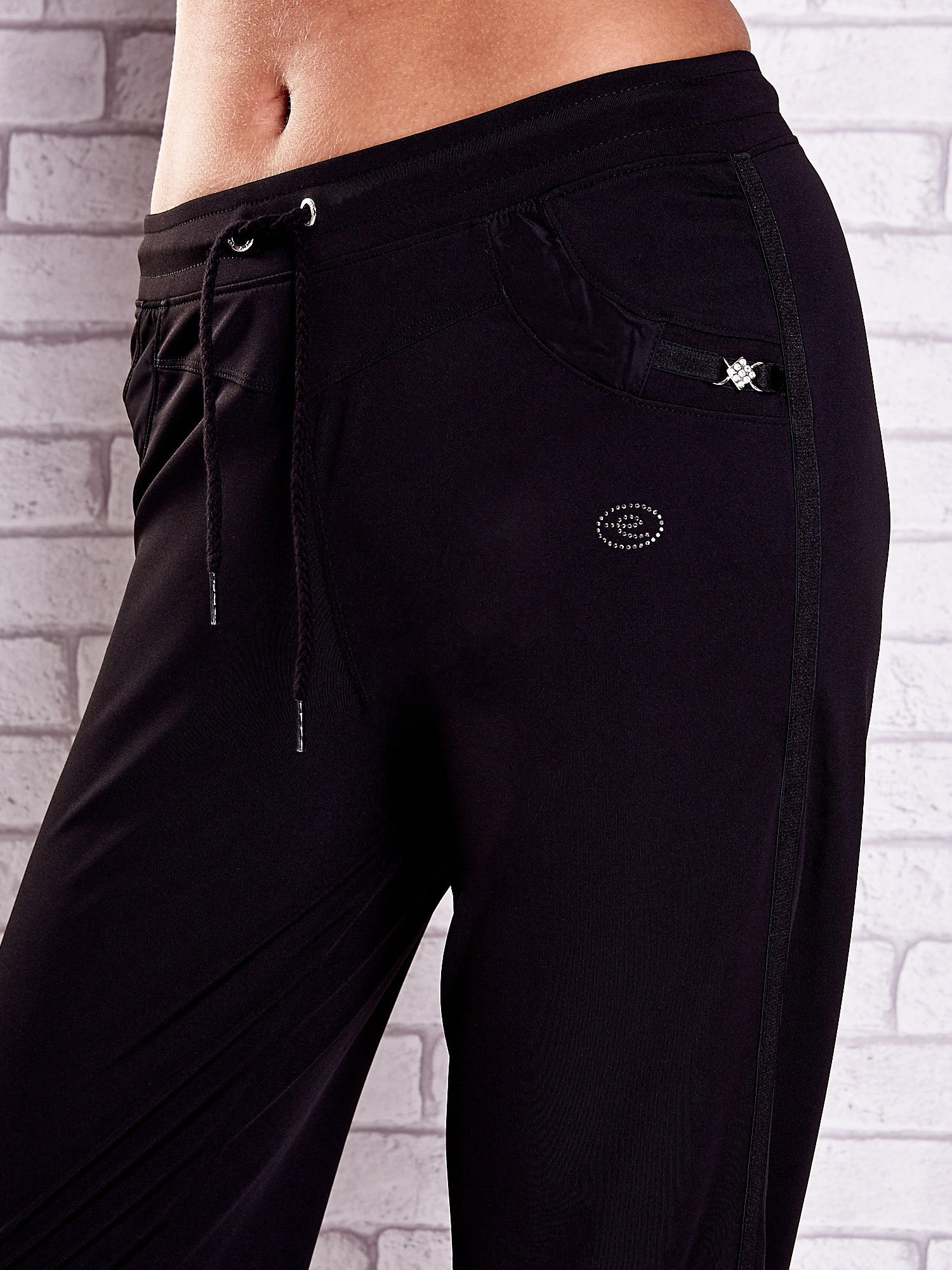 Czarne spodnie capri z dżetami i lampasami PLUS SIZE                                  zdj.                                  4