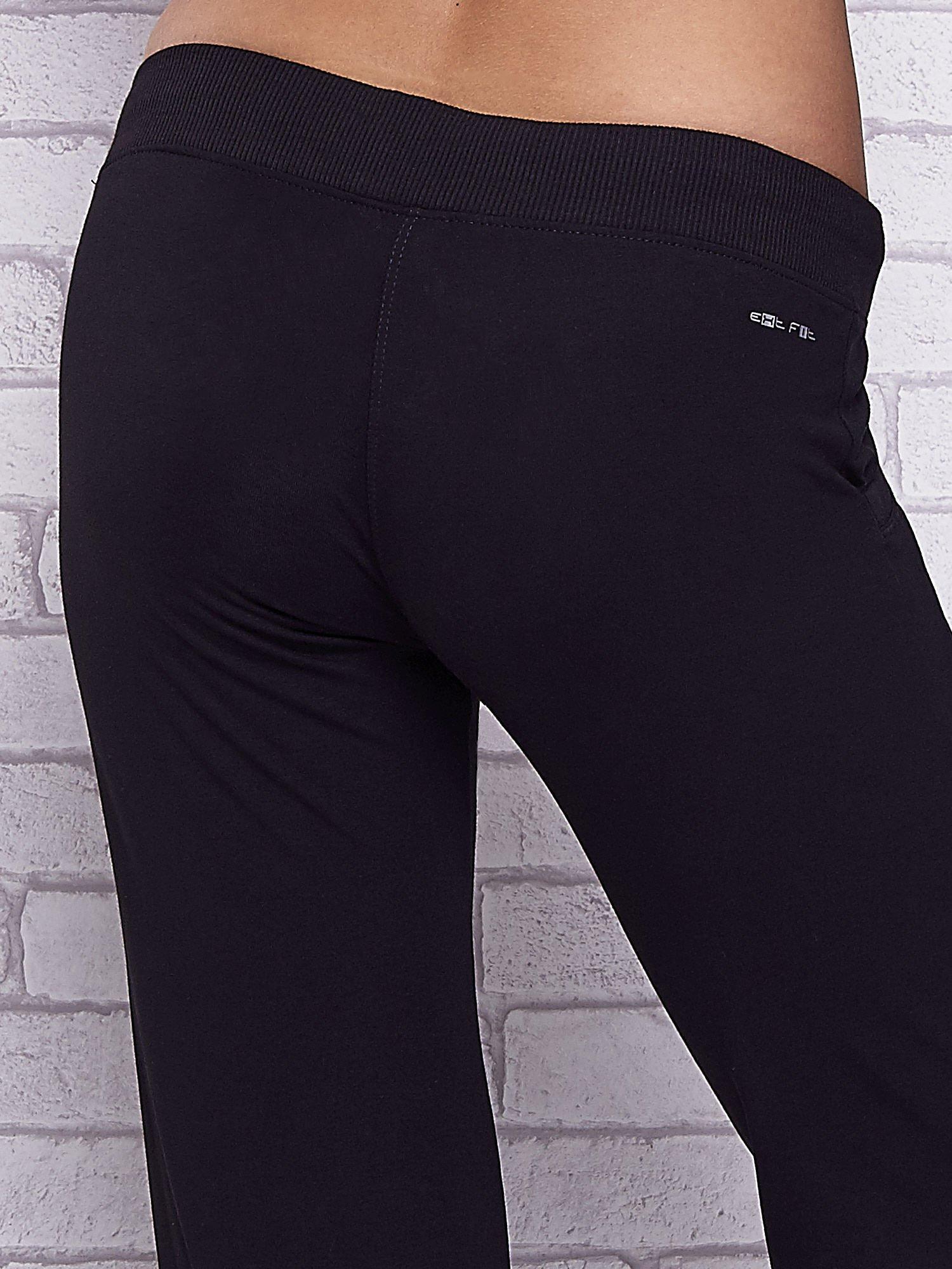 Czarne spodnie capri z kieszeniami i gumką w pasie                                  zdj.                                  6