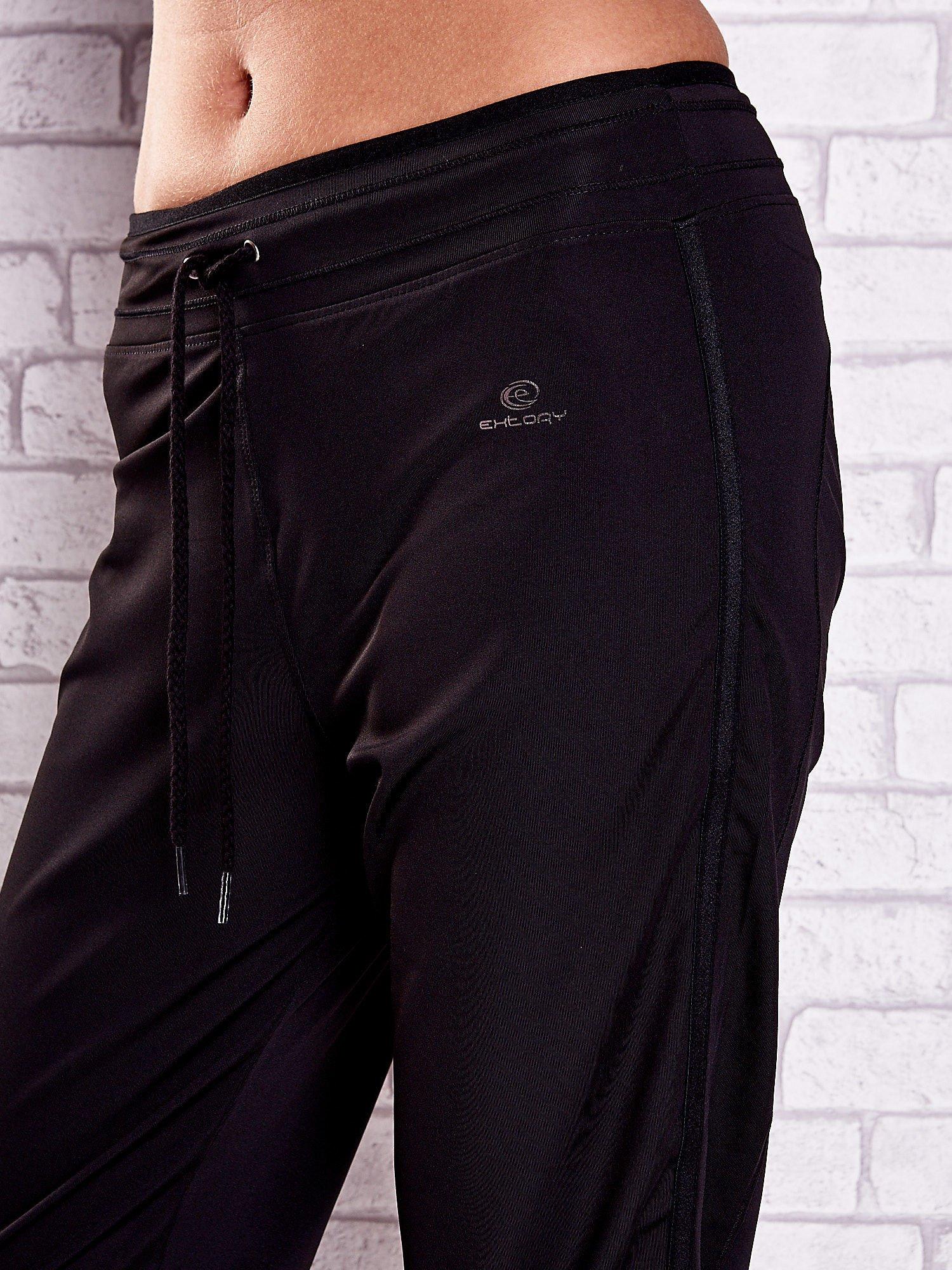 Czarne spodnie capri z lampasami i troczkami PLUS SIZE                                  zdj.                                  4