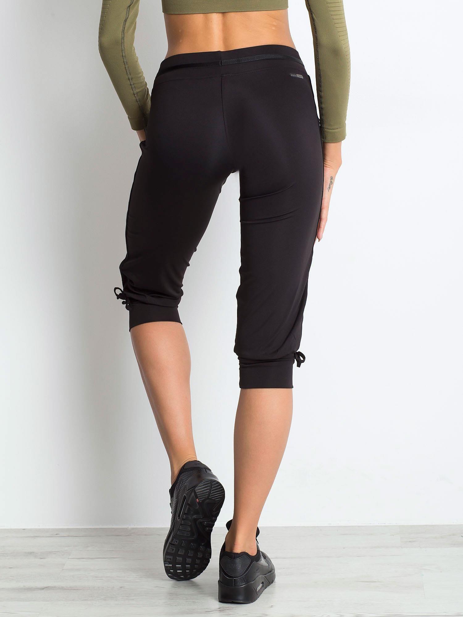 Czarne spodnie capri z troczkami przy nogawkach                                  zdj.                                  2