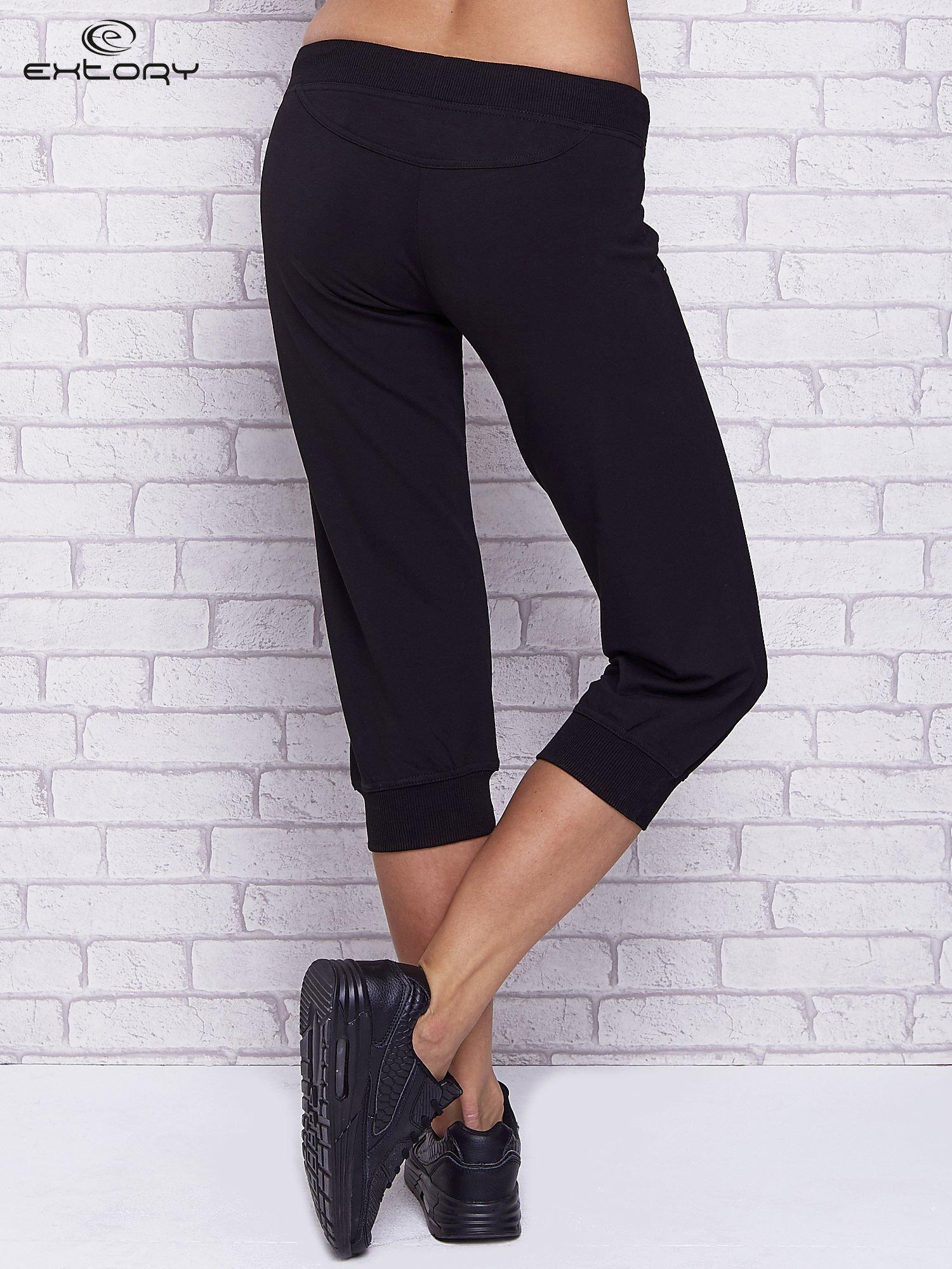 Czarne spodnie capri z troczkami w pasie                                  zdj.                                  2