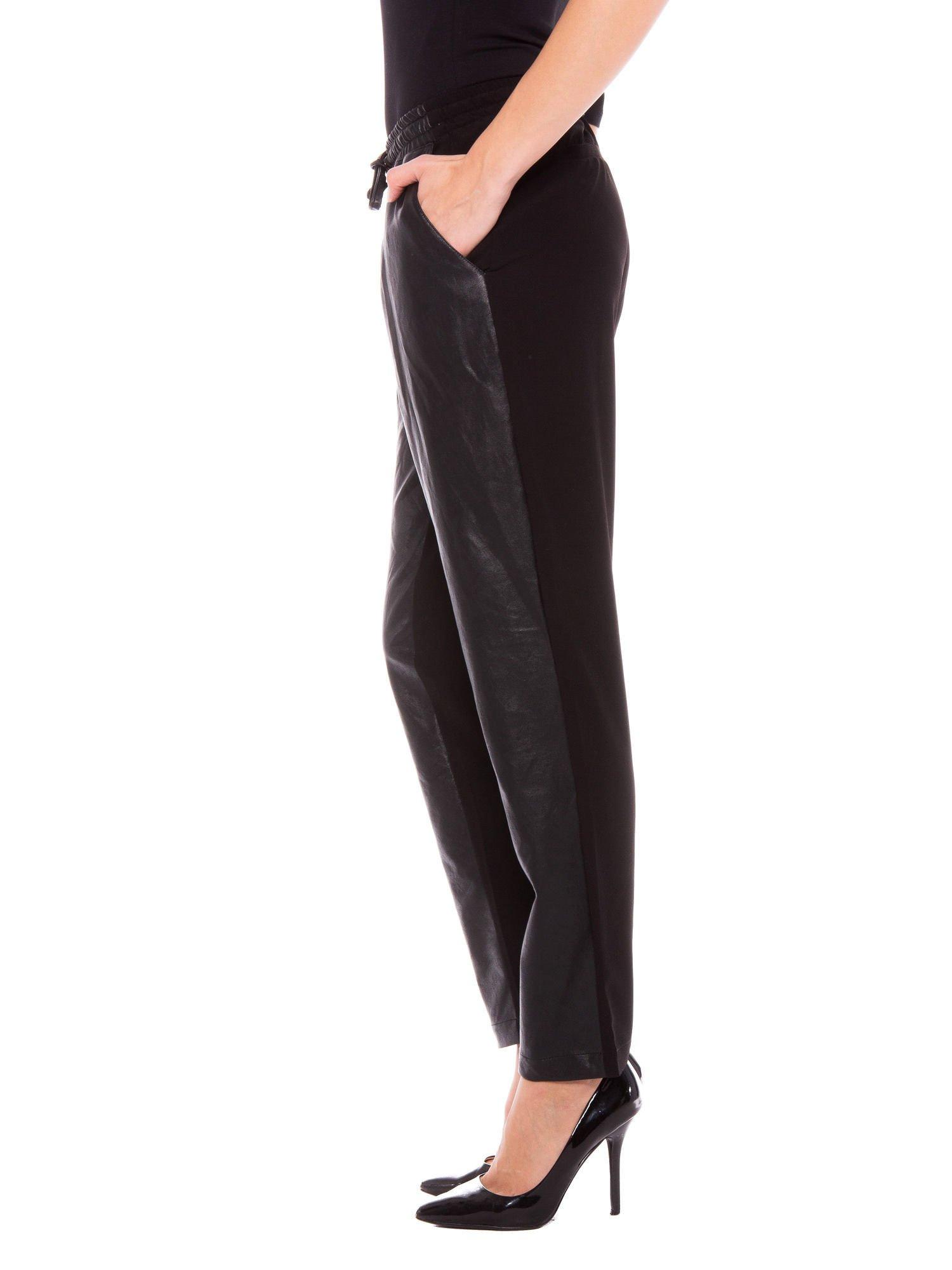 Czarne spodnie dresowe damskie ze skórzanym przodem                                  zdj.                                  3
