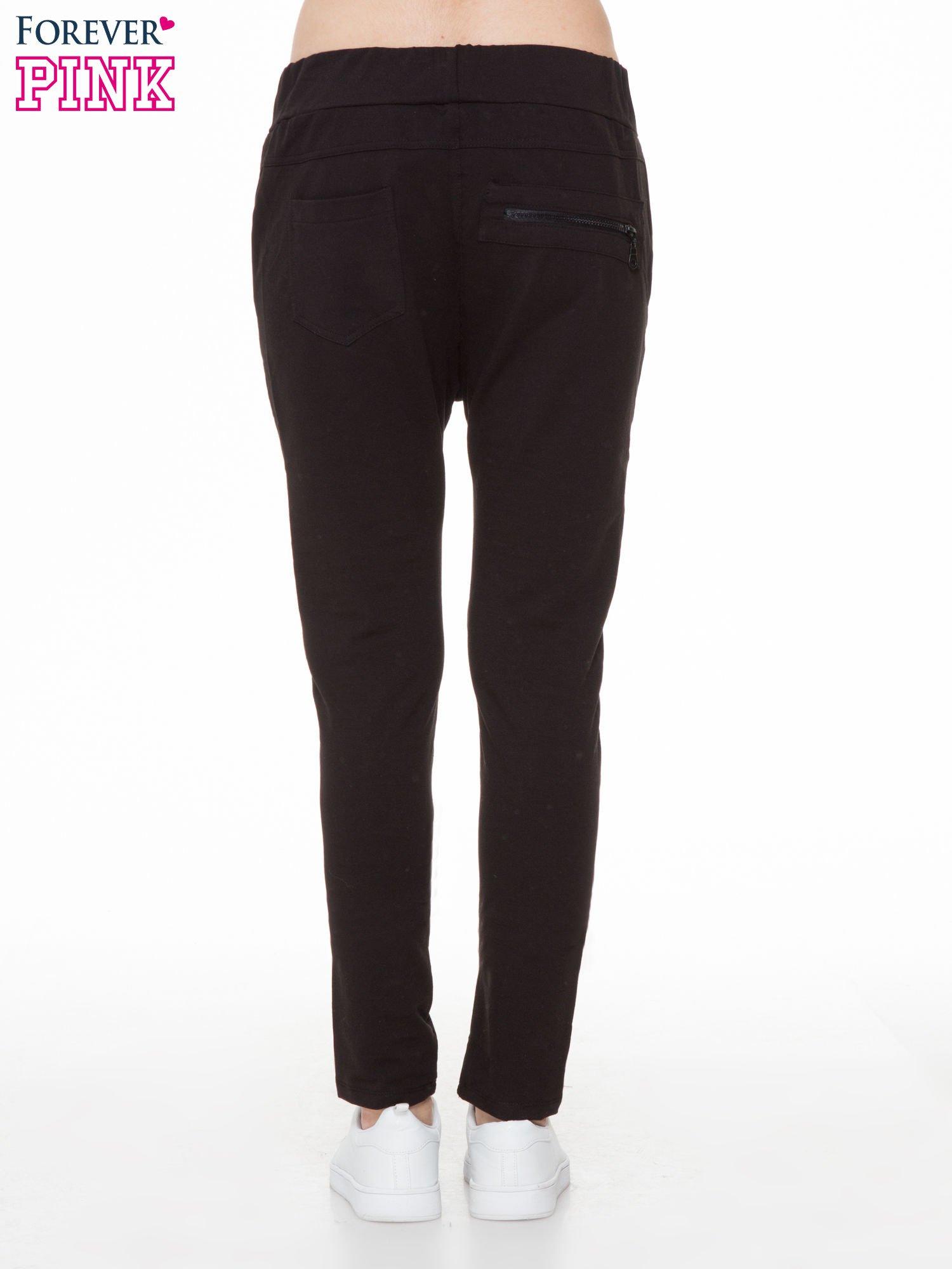 Czarne spodnie dresowe typu baggy z ozdobnym zamkiem                                  zdj.                                  4