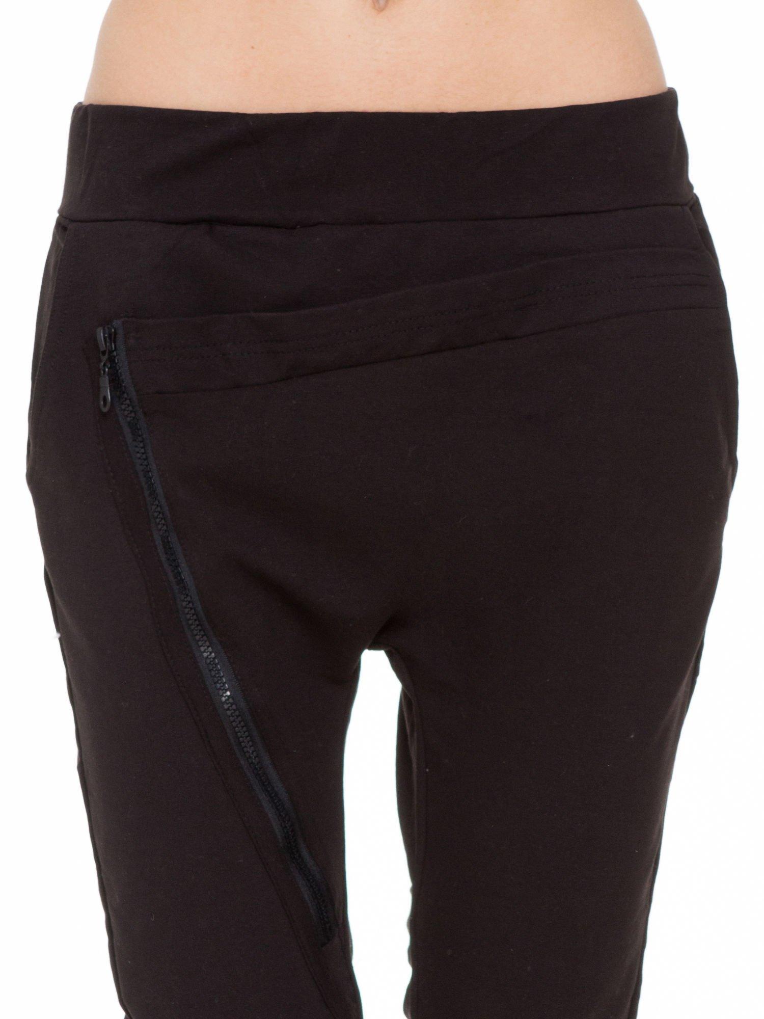 Czarne spodnie dresowe typu baggy z ozdobnym zamkiem                                  zdj.                                  7