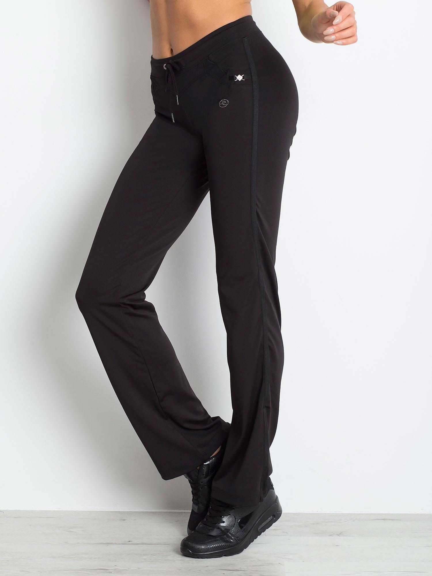 Czarne spodnie dresowe z aplikacją                                  zdj.                                  3