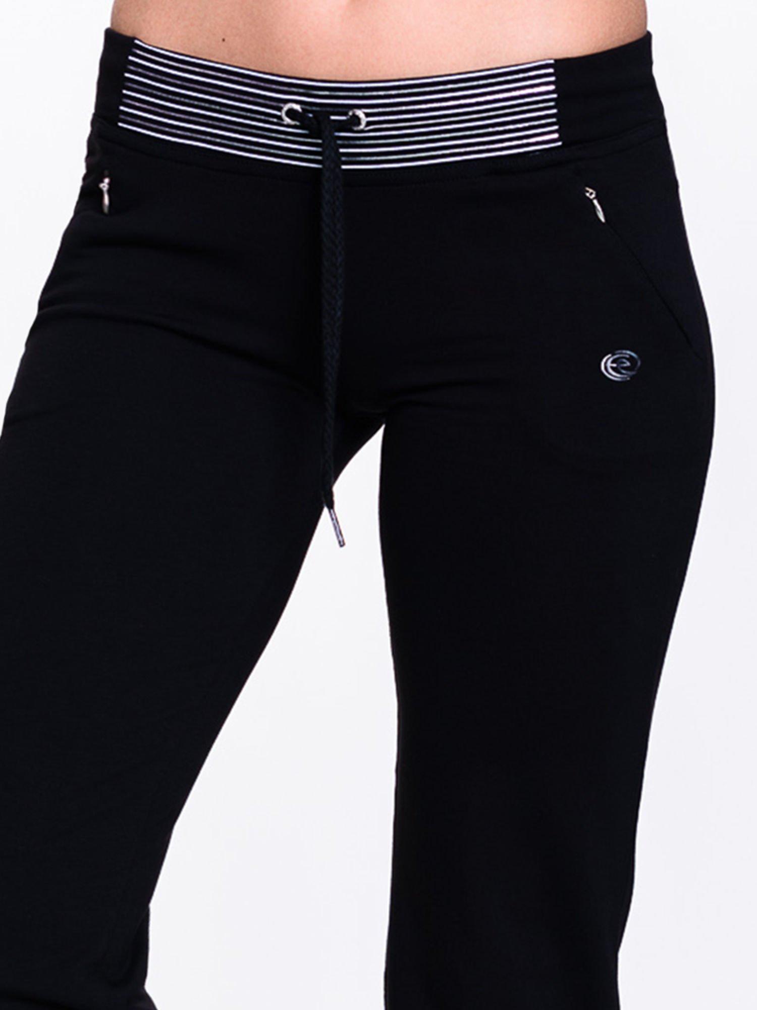 Czarne spodnie dresowe z białą wstawką                                  zdj.                                  5