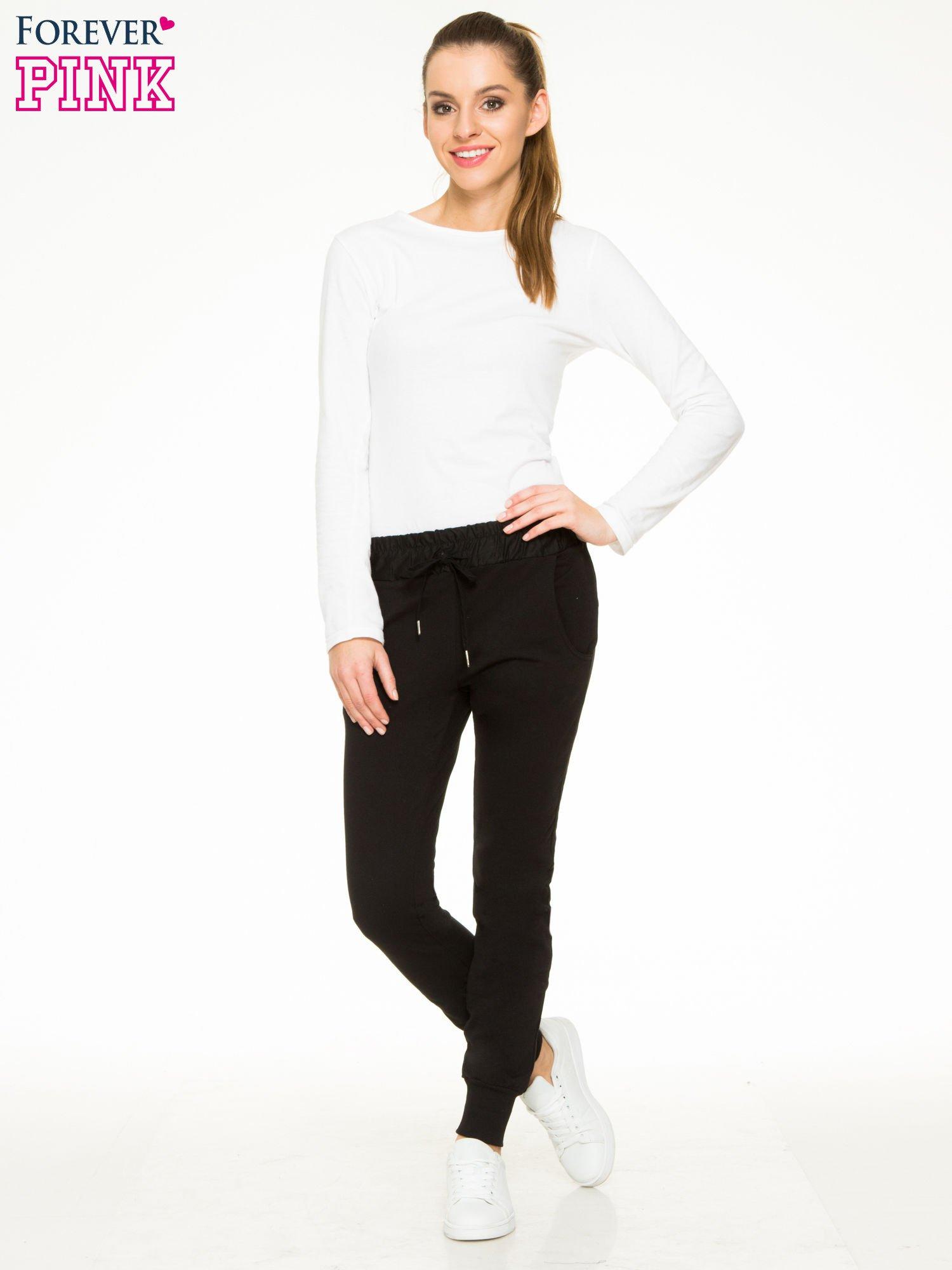 Czarne spodnie dresowe z elastycznym pasem                                  zdj.                                  2
