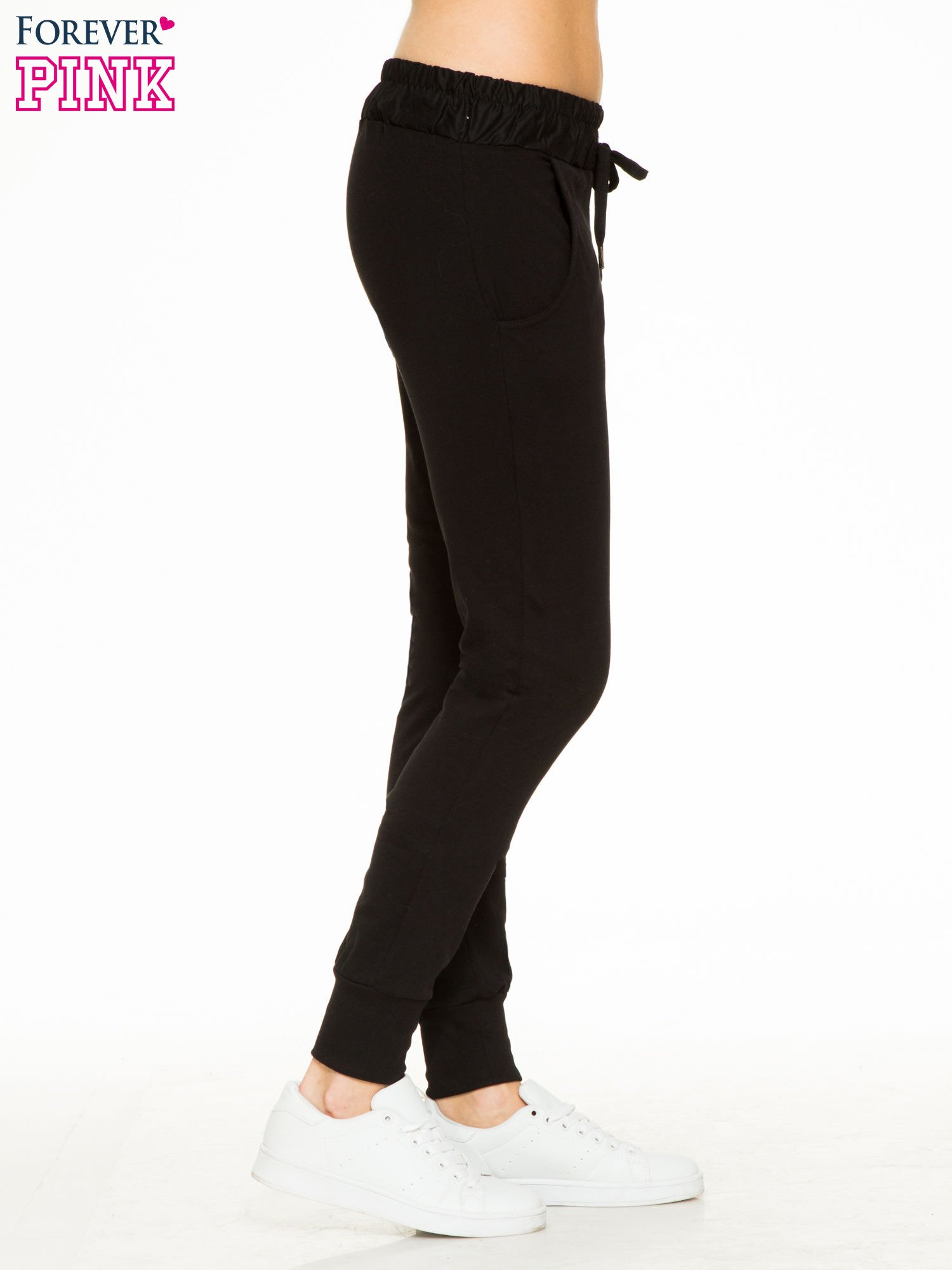 Czarne spodnie dresowe z elastycznym pasem                                  zdj.                                  3