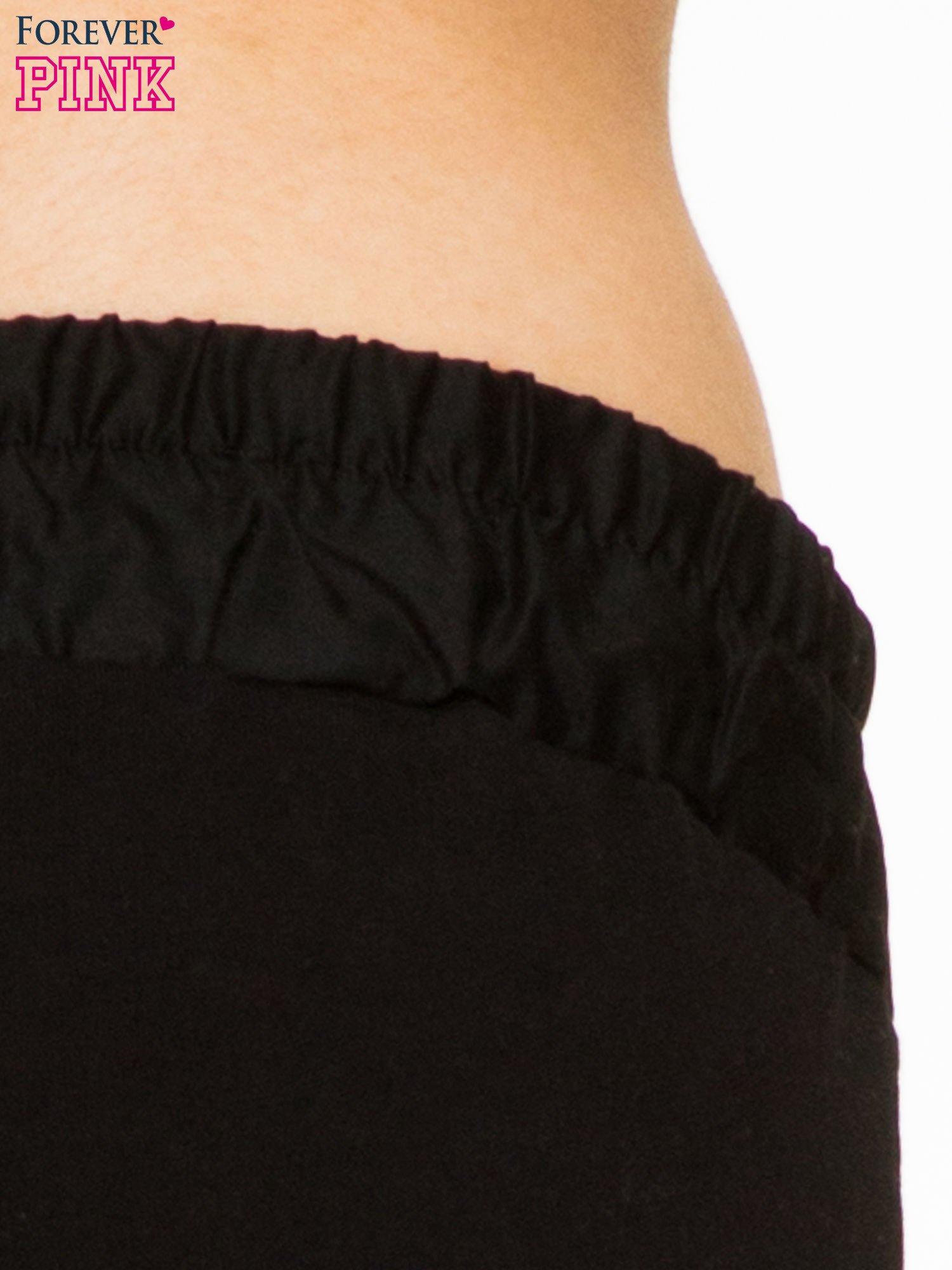 Czarne spodnie dresowe z elastycznym pasem                                  zdj.                                  5