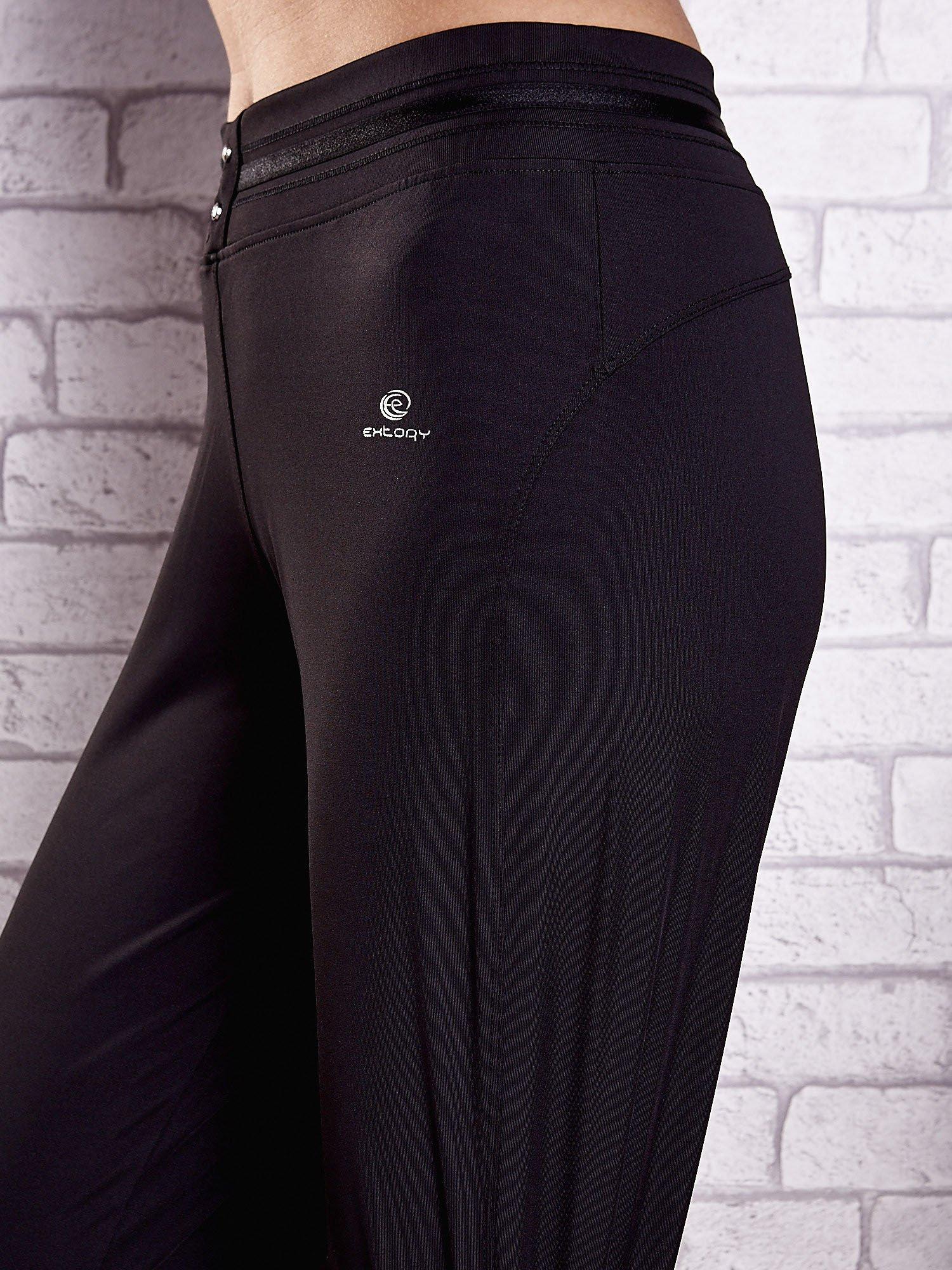 Czarne spodnie dresowe z guziczkami PLUS SIZE                                  zdj.                                  5