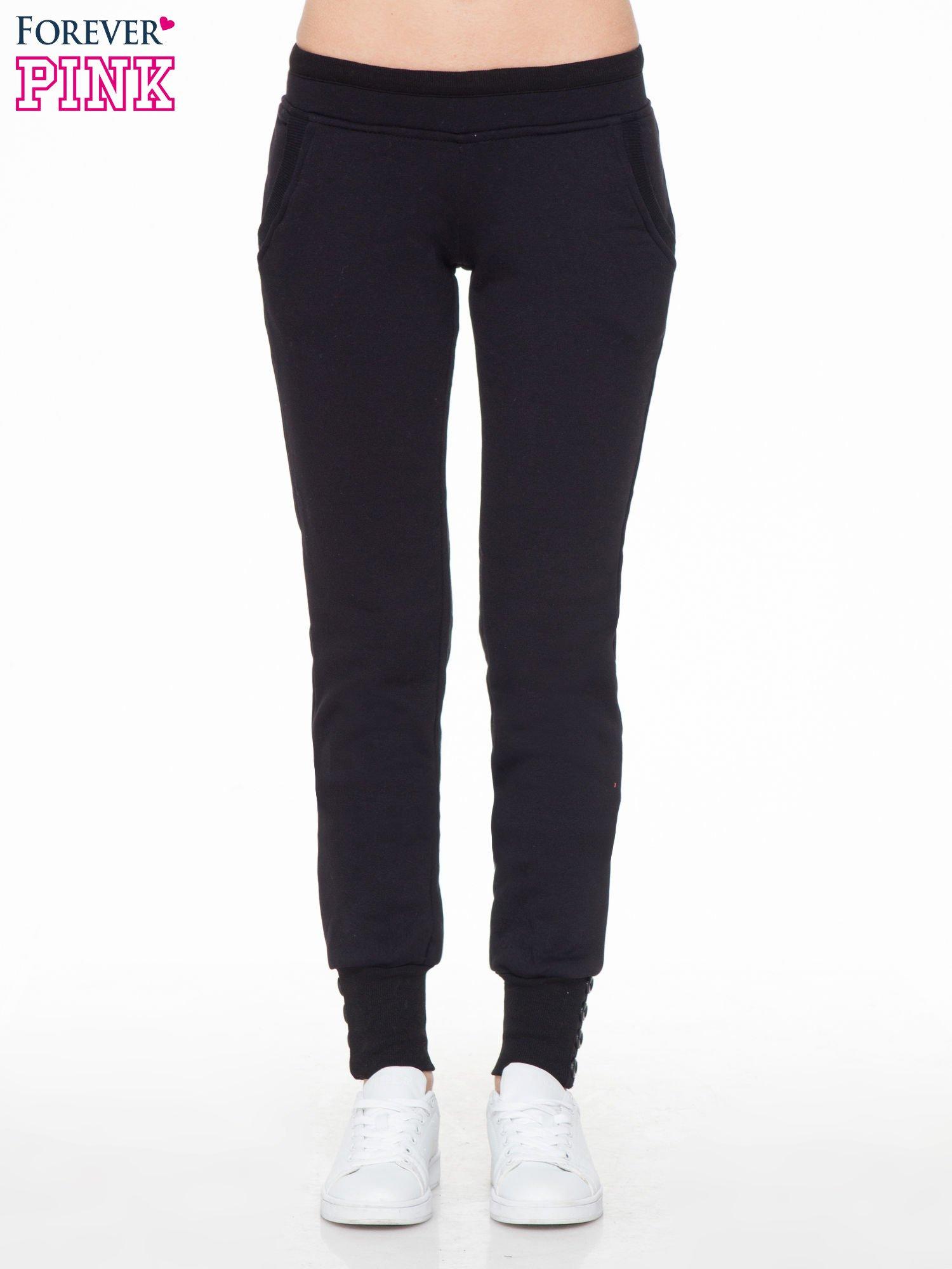 Czarne spodnie dresowe z guziczkami przy ściągaczu                                  zdj.                                  1