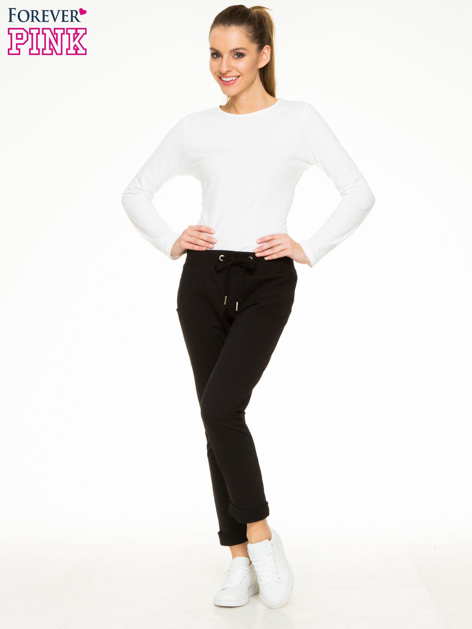 Czarne spodnie dresowe z guzikami wiązane w pasie                                  zdj.                                  2