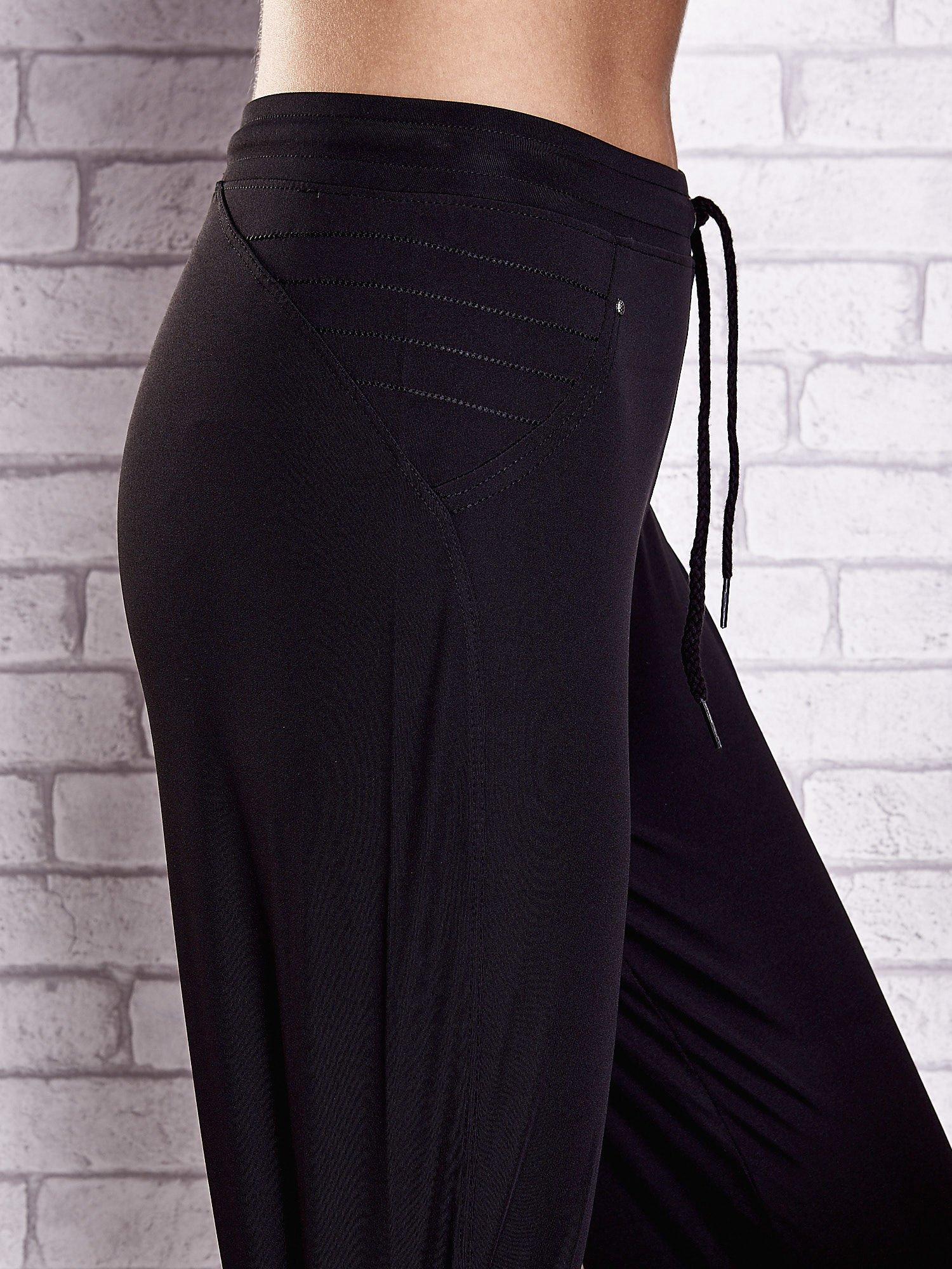 Czarne spodnie dresowe z haftowanymi wstawkami PLUS SIZE                                  zdj.                                  5