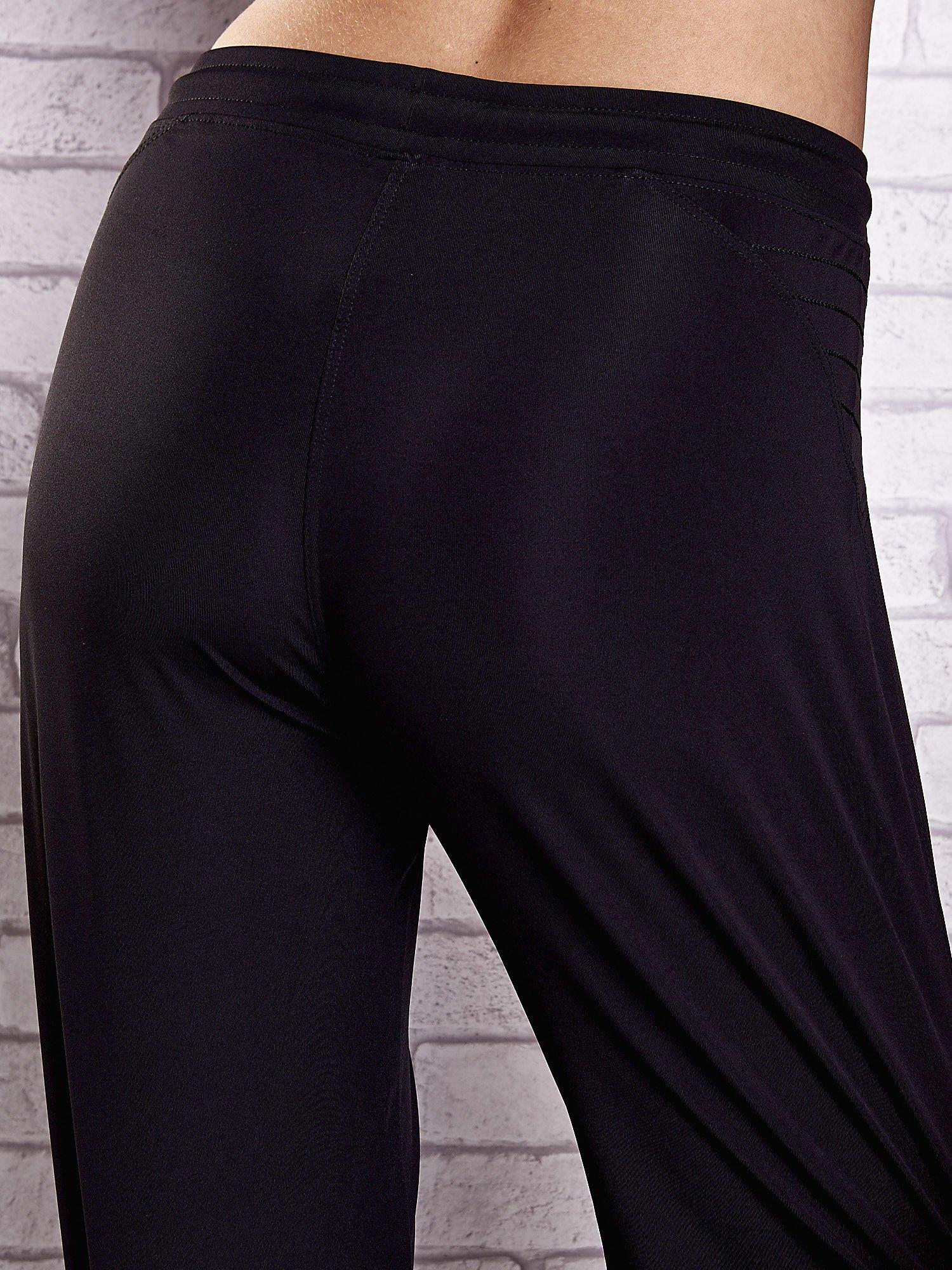 Czarne spodnie dresowe z haftowanymi wstawkami PLUS SIZE                                  zdj.                                  6