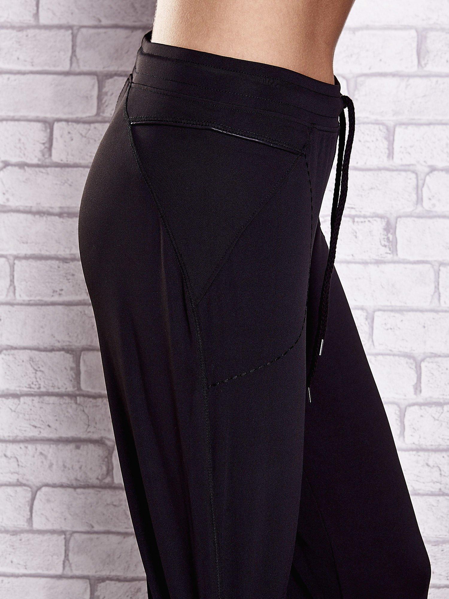 Czarne spodnie dresowe z kieszonką i haftem PLUS SIZE                                  zdj.                                  5