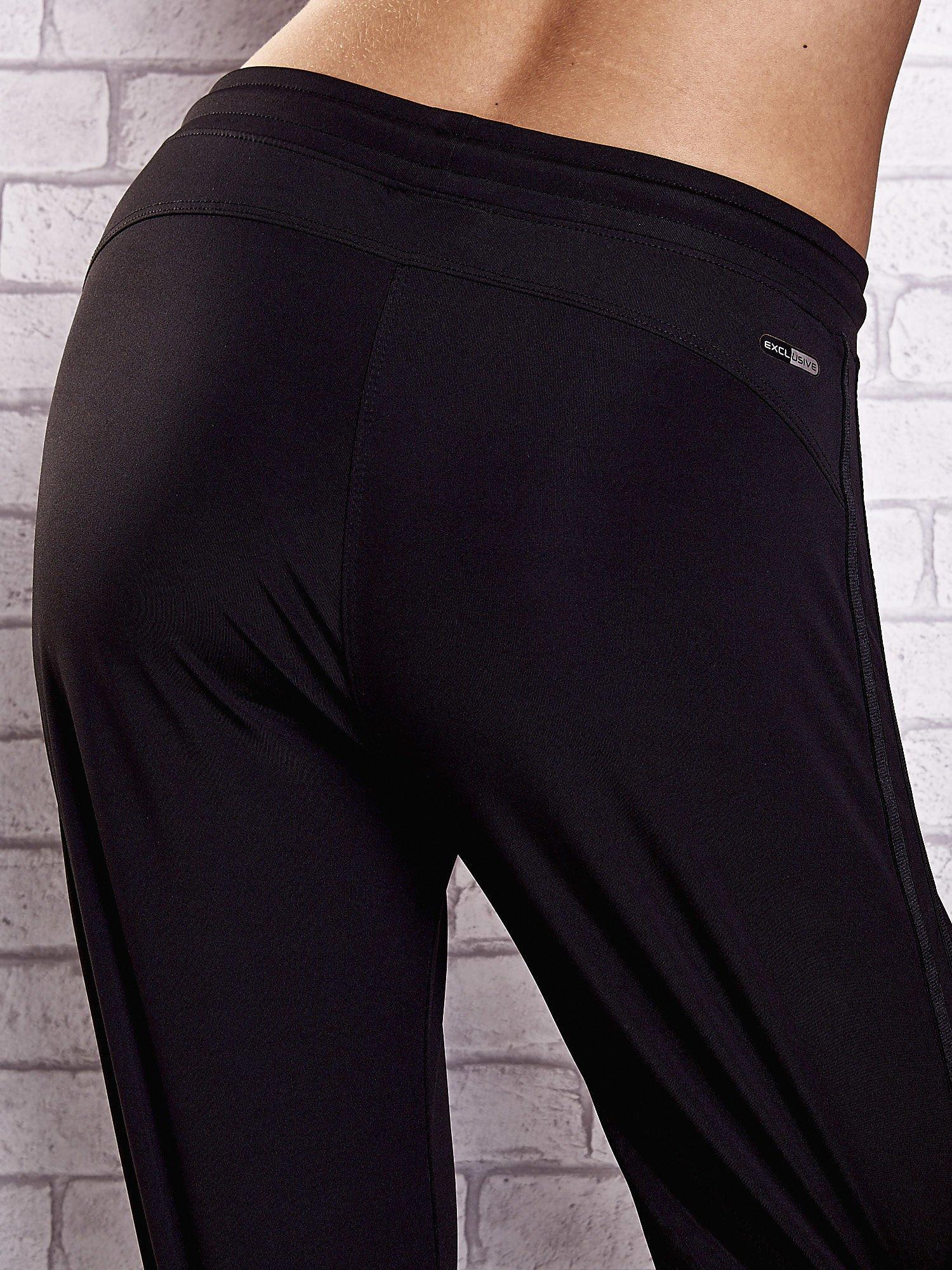 Czarne spodnie dresowe z kieszonką i ściągaczami                                  zdj.                                  6