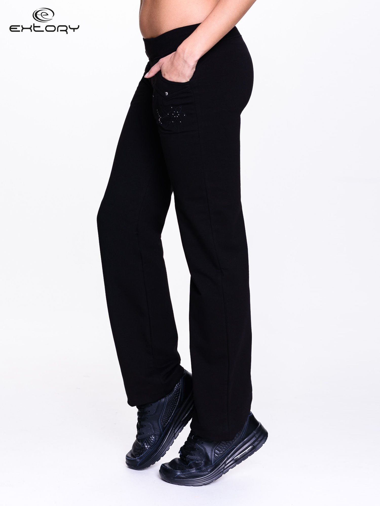 Czarne spodnie dresowe z kwiatem z dżetami                                  zdj.                                  3