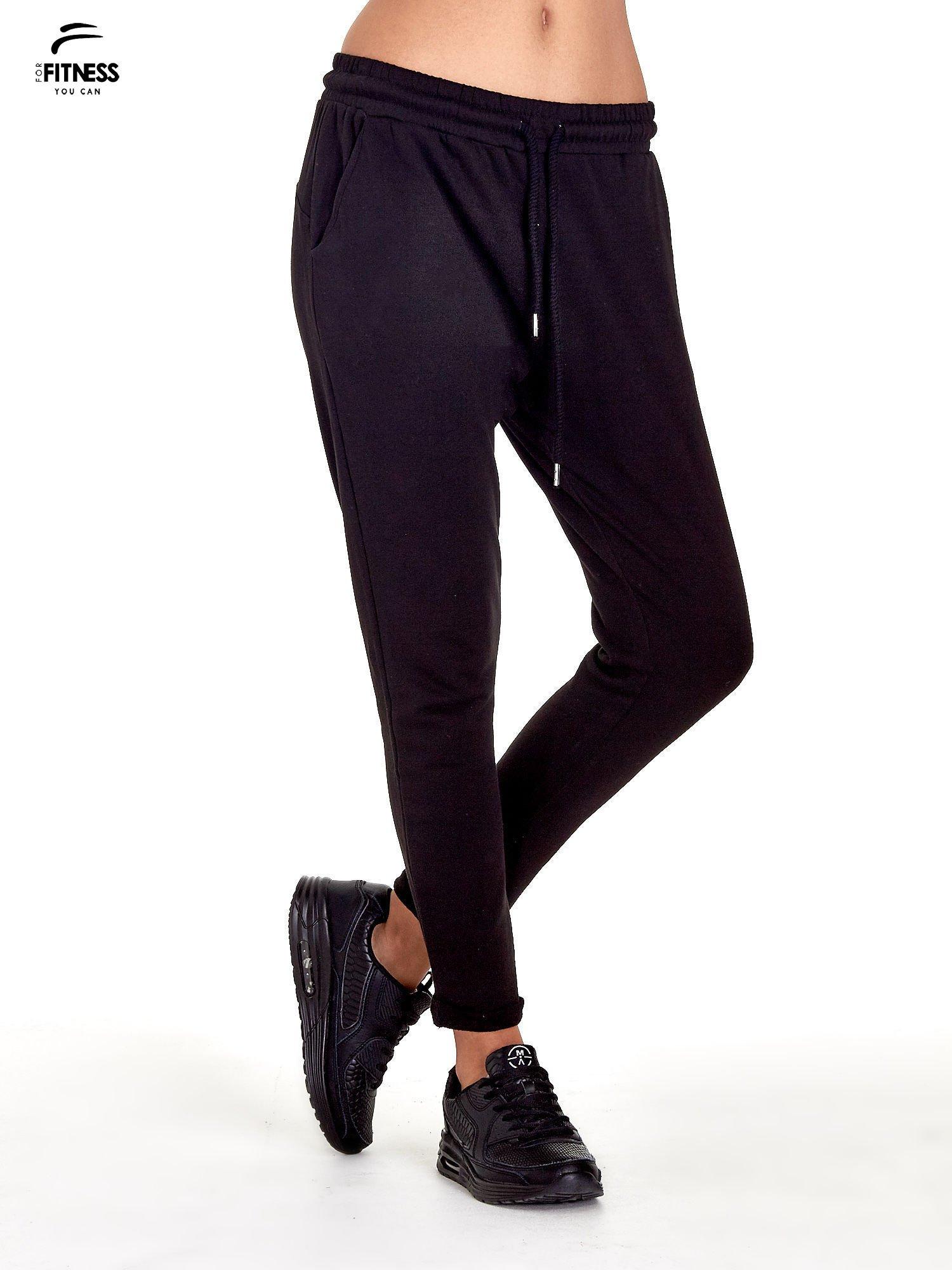 Czarne spodnie dresowe z powijaną nogawką                                  zdj.                                  1