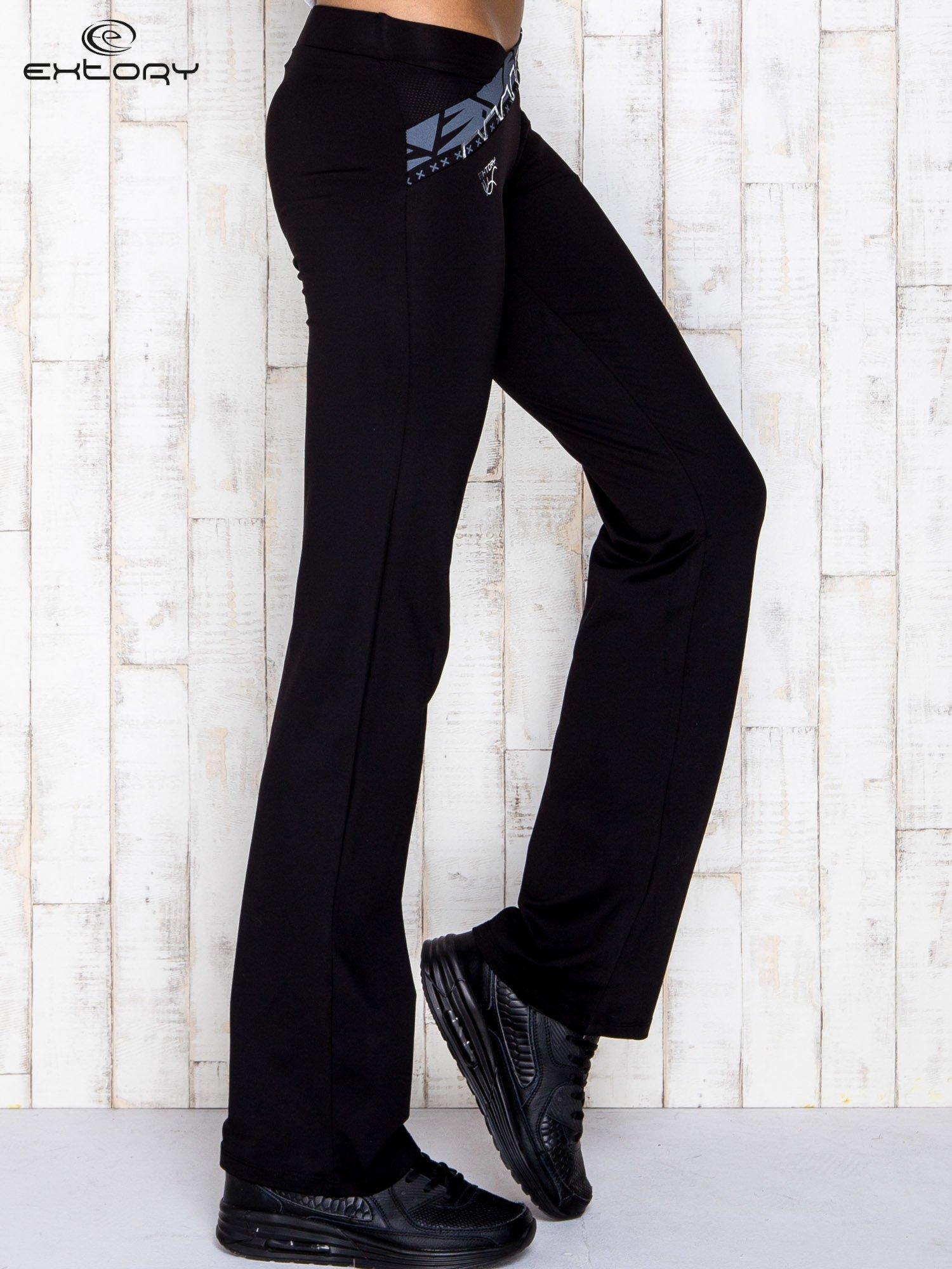 Czarne spodnie dresowe z srebrnymi wstawkami                                  zdj.                                  3