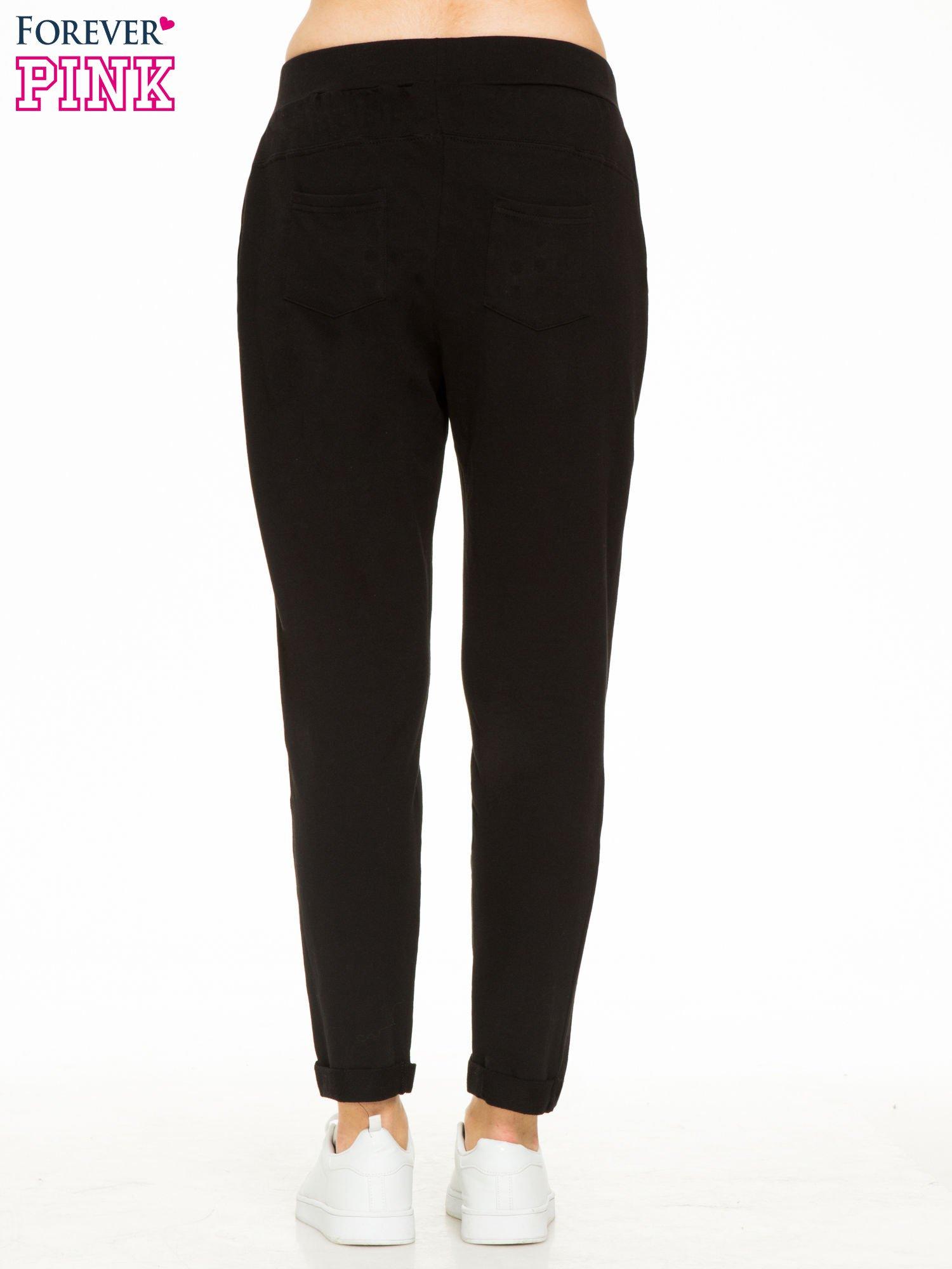 Czarne spodnie dresowe z wywijanymi nogawkami                                  zdj.                                  4